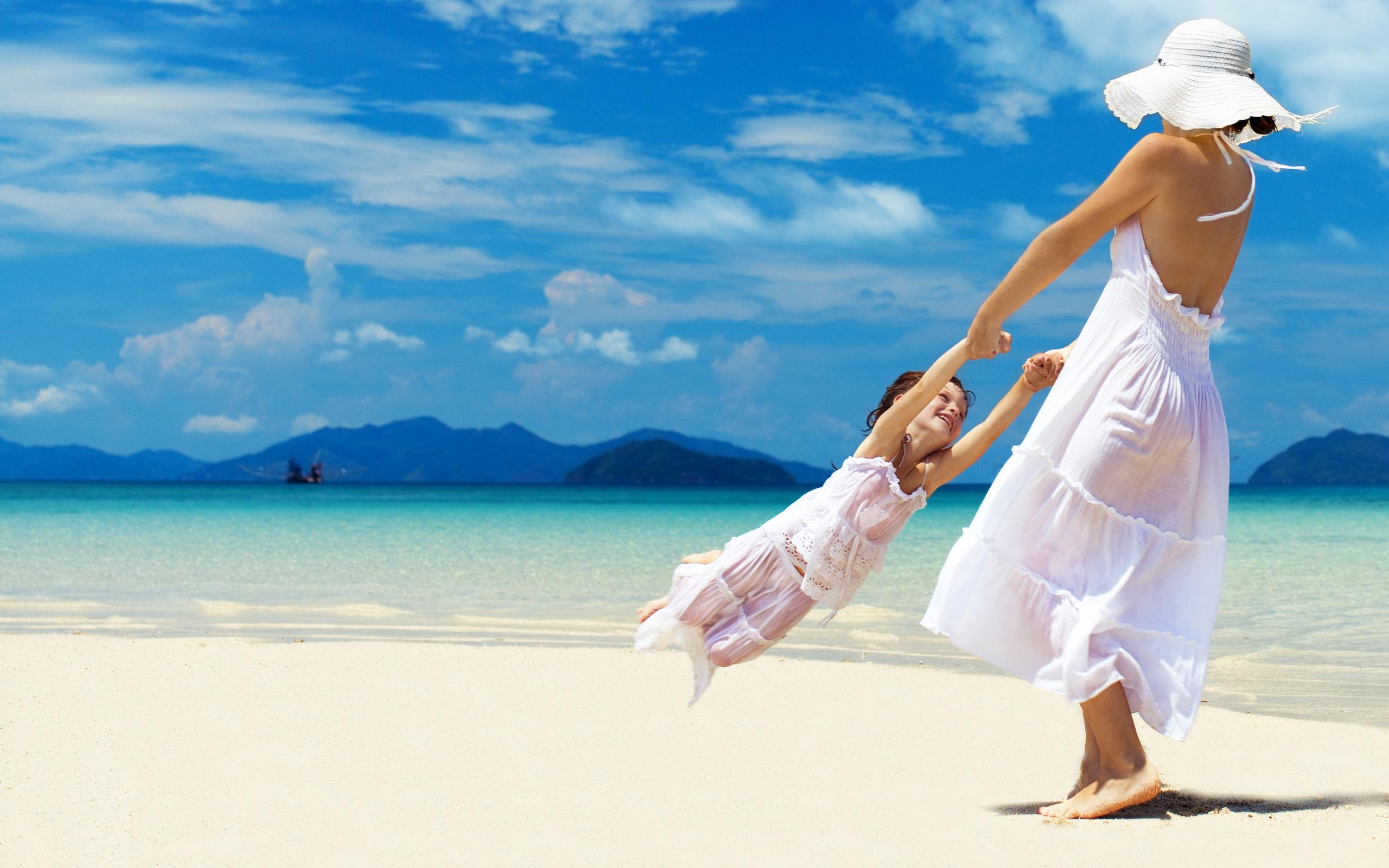 Мама с ребенком у моря фото