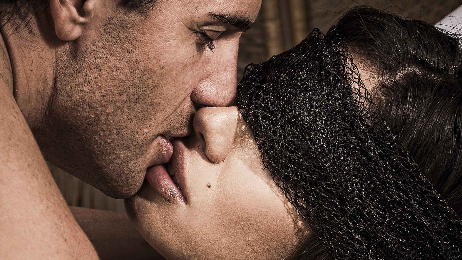 При поцелуе облизываясь поле, большая залупа не лезет в рот брюнетке