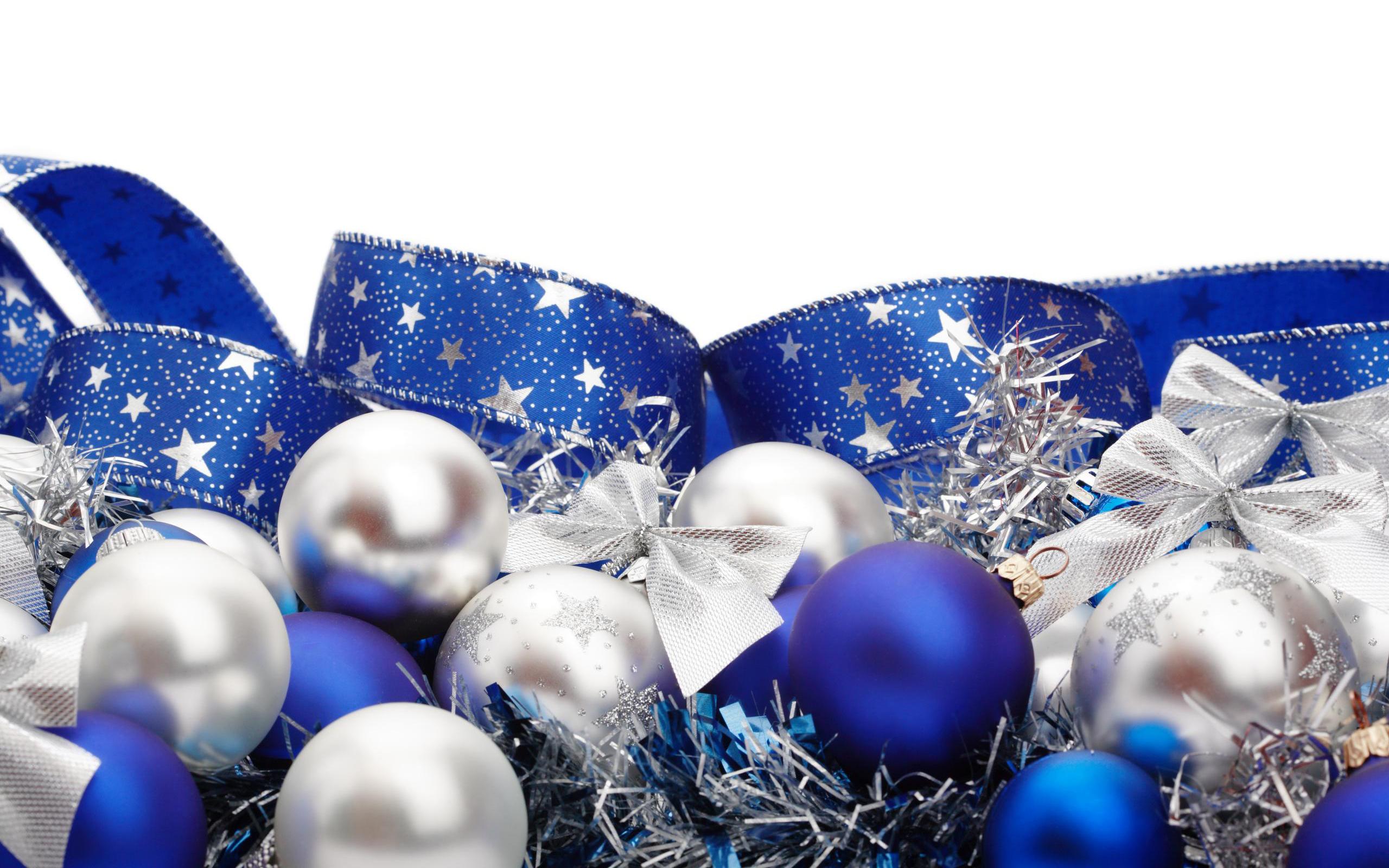 синие игрушки на белой елке загрузить