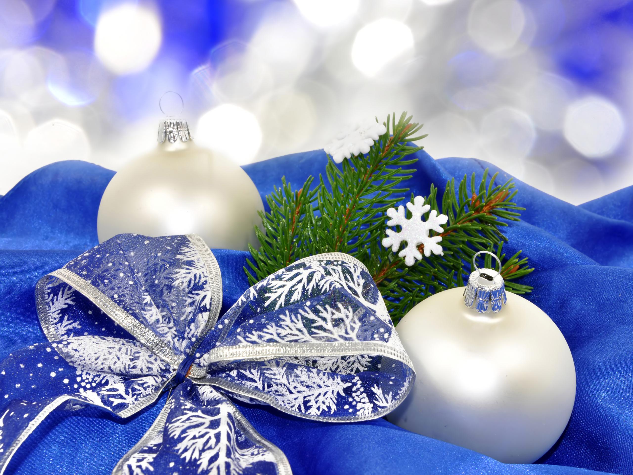синие игрушки на белой елке без смс