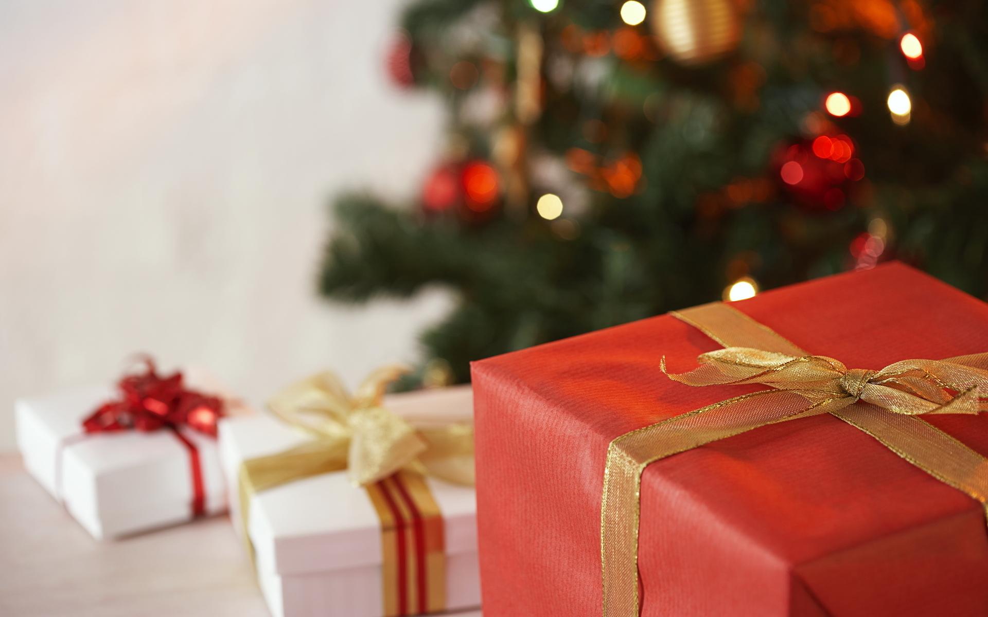 оформления новогодних поздравлений началась раздача подарков