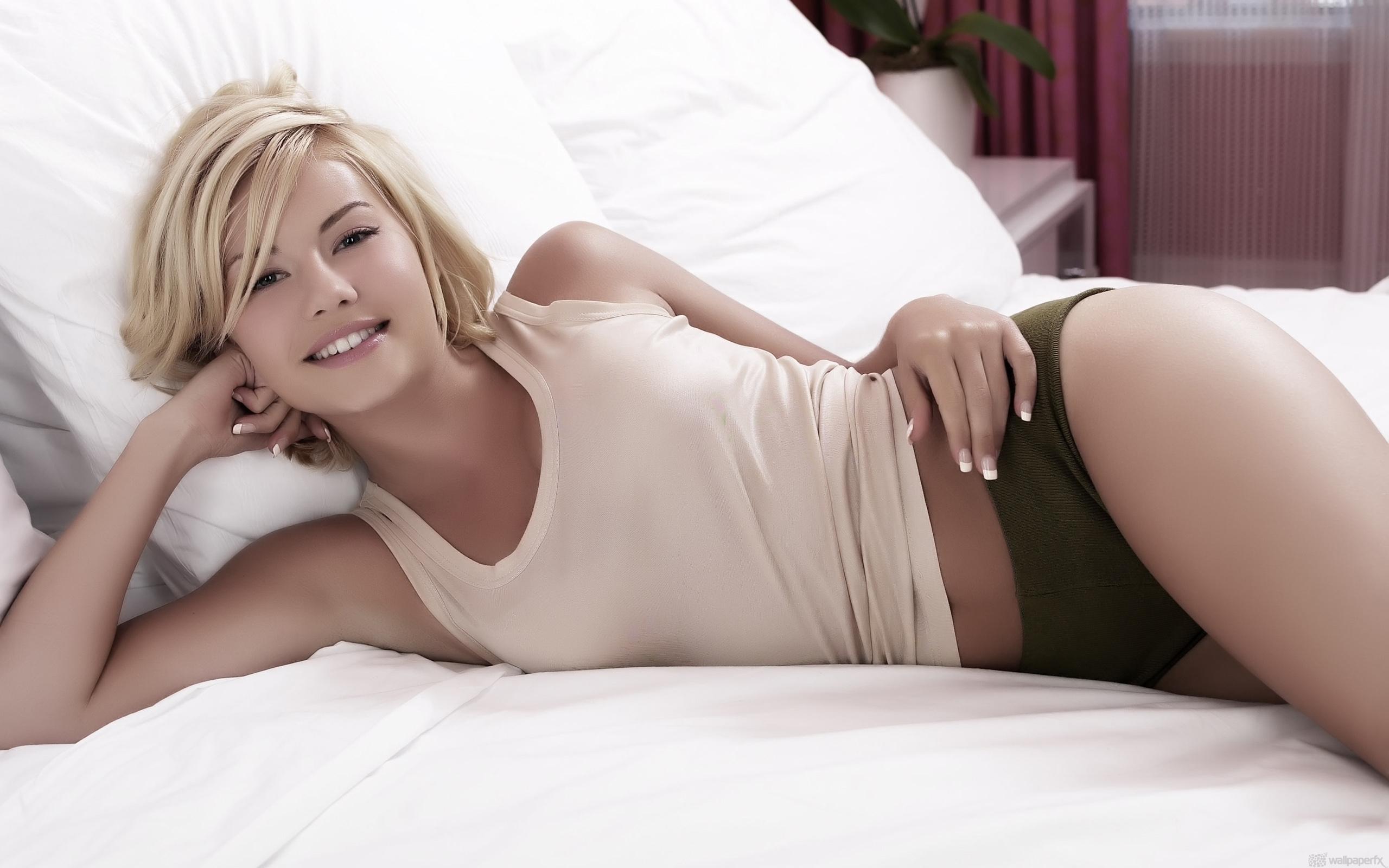 Кудрявая блондинка мастурбирует на кровати  697796