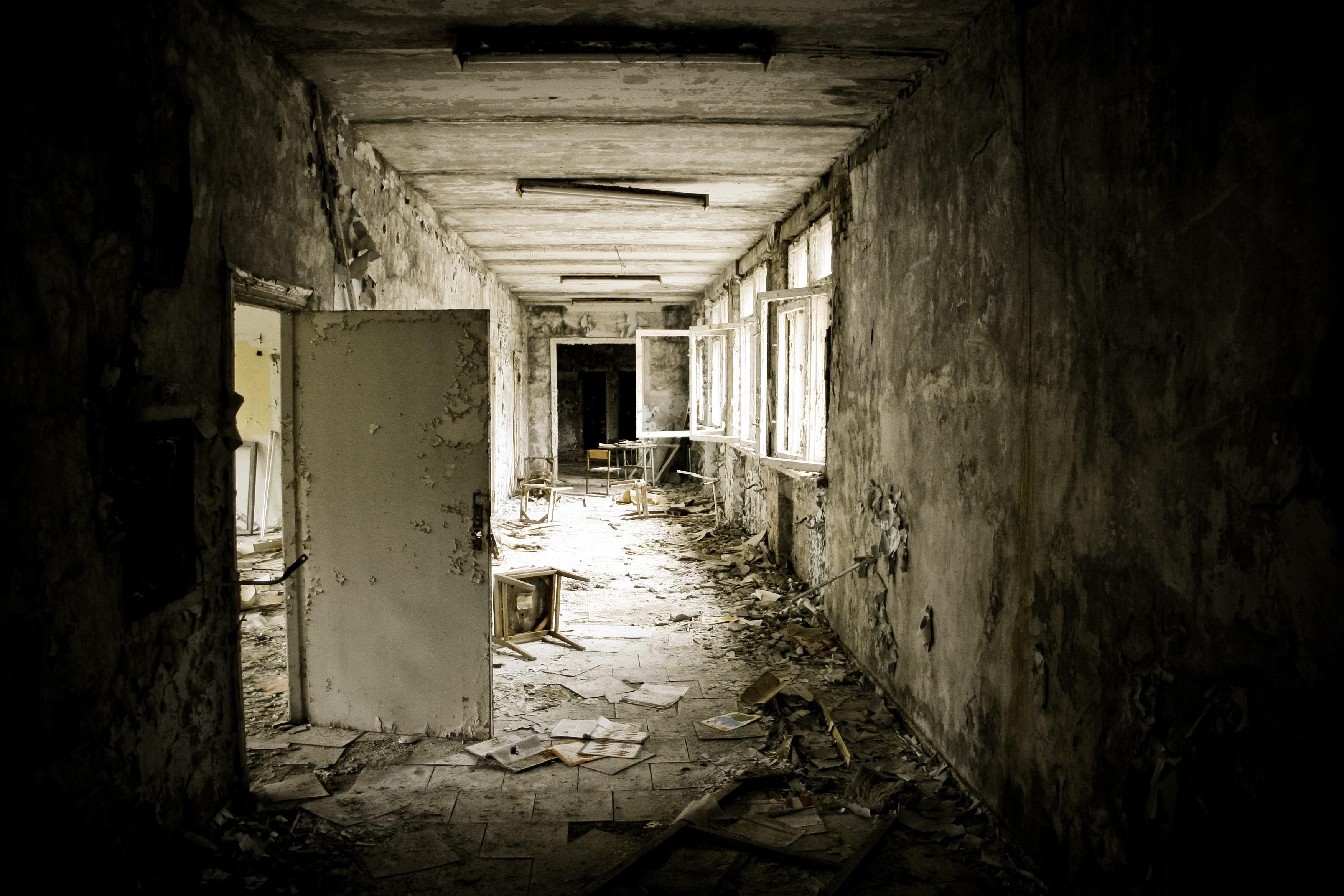 заброшенный дом двери окна коридор  № 2195308 загрузить