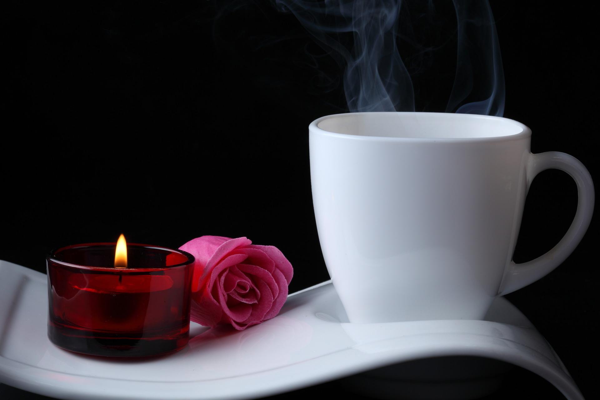 Белая чашка на фоне огней  № 2121432 бесплатно