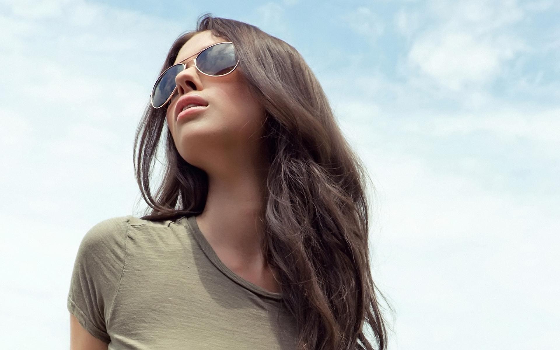 Фото простой девушки брюнетки в очках