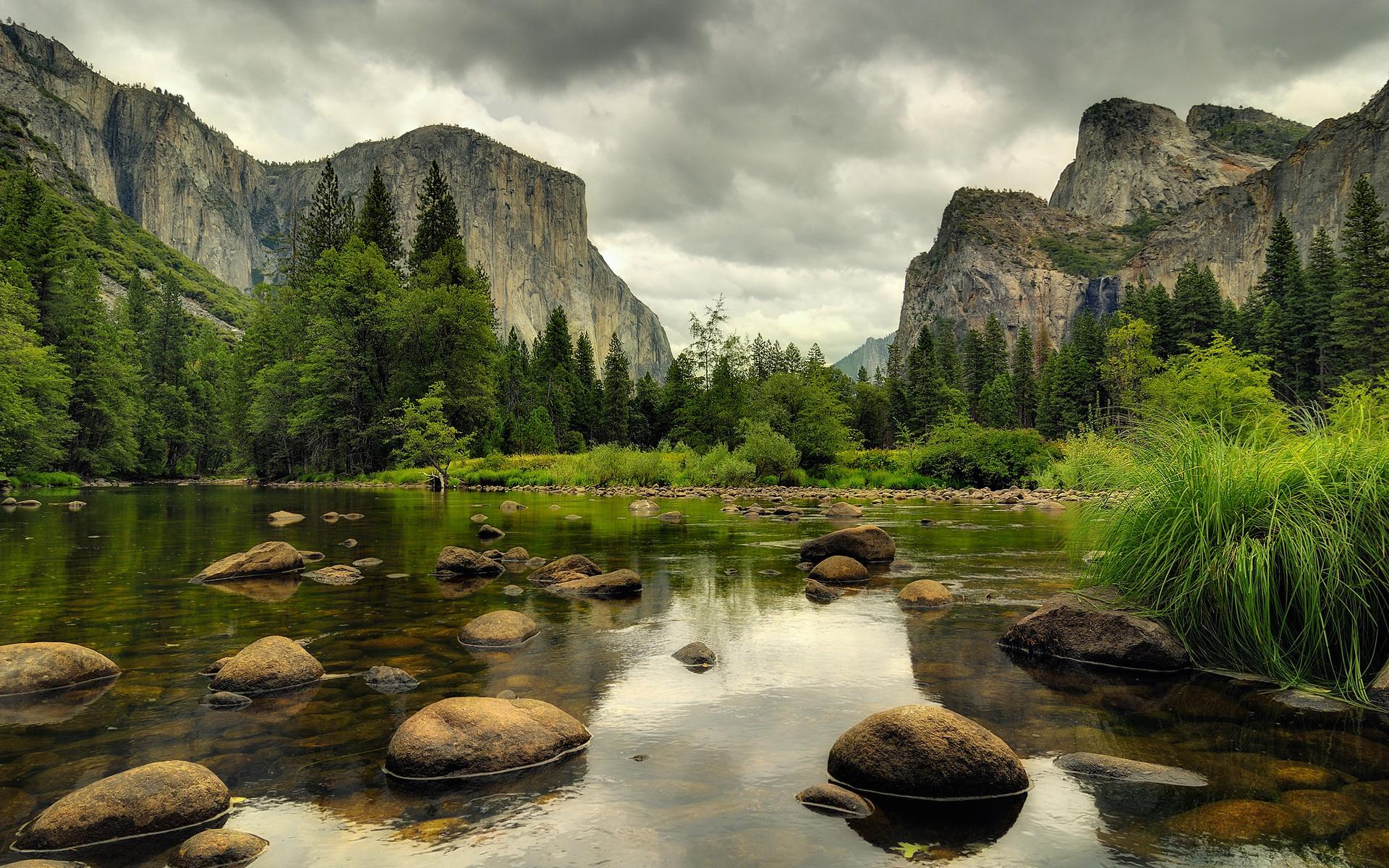 Облака над озером, галька, горы, лес  № 2950451 загрузить