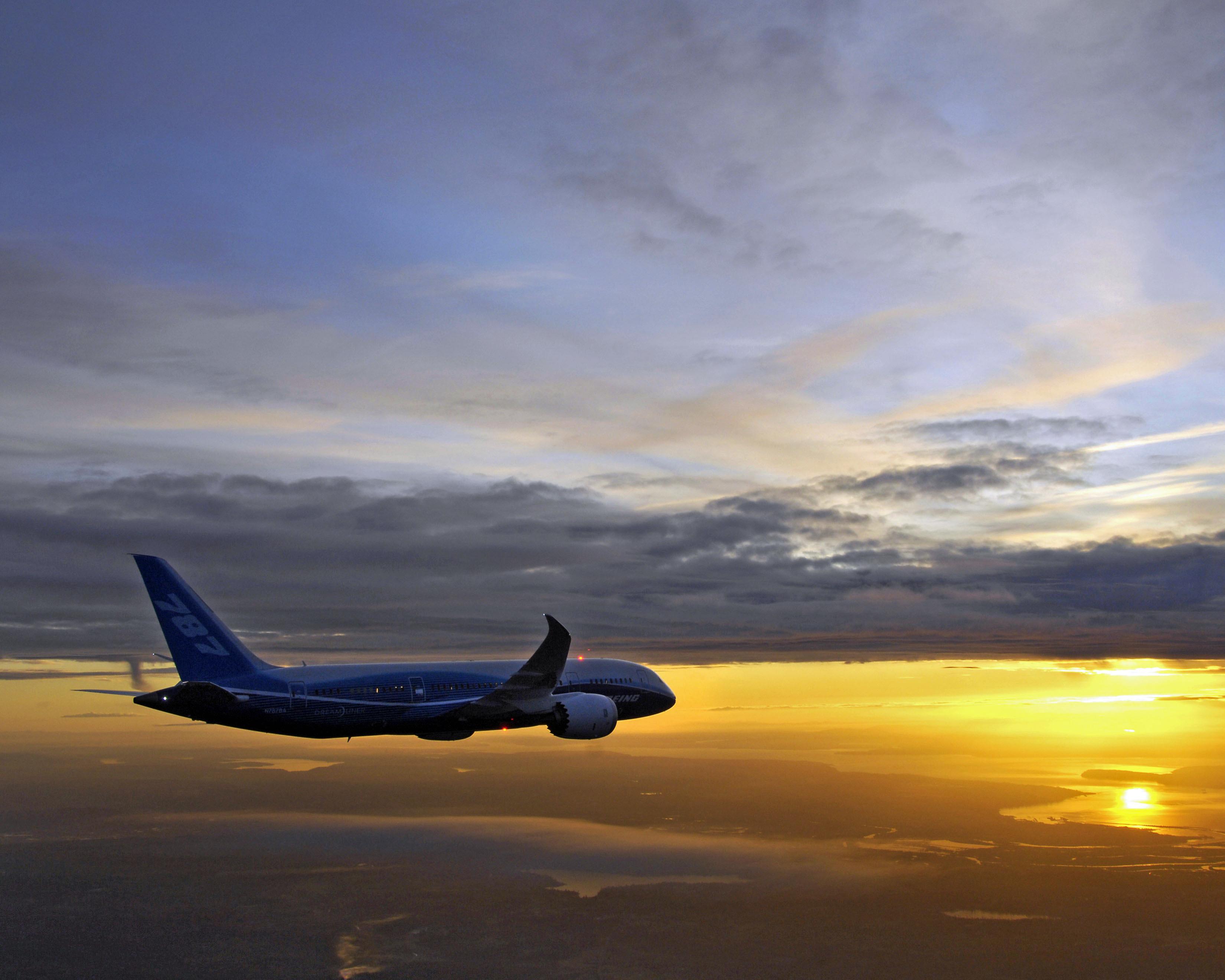 Авиалайнер в воздухе  № 2357410 бесплатно