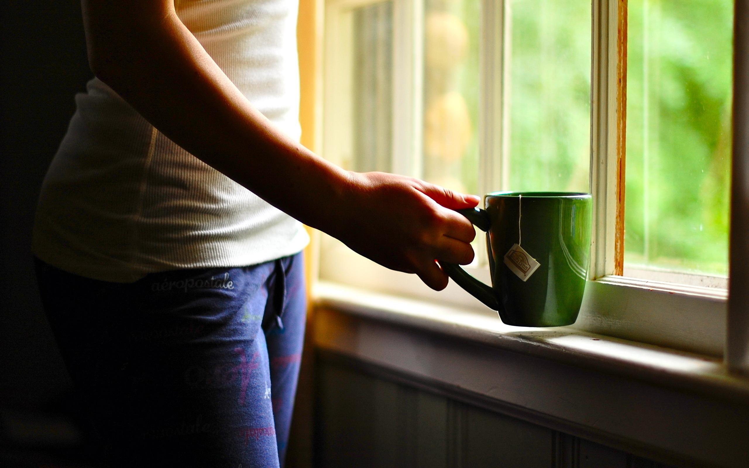 утренняя девушка с чаем  № 2871329  скачать
