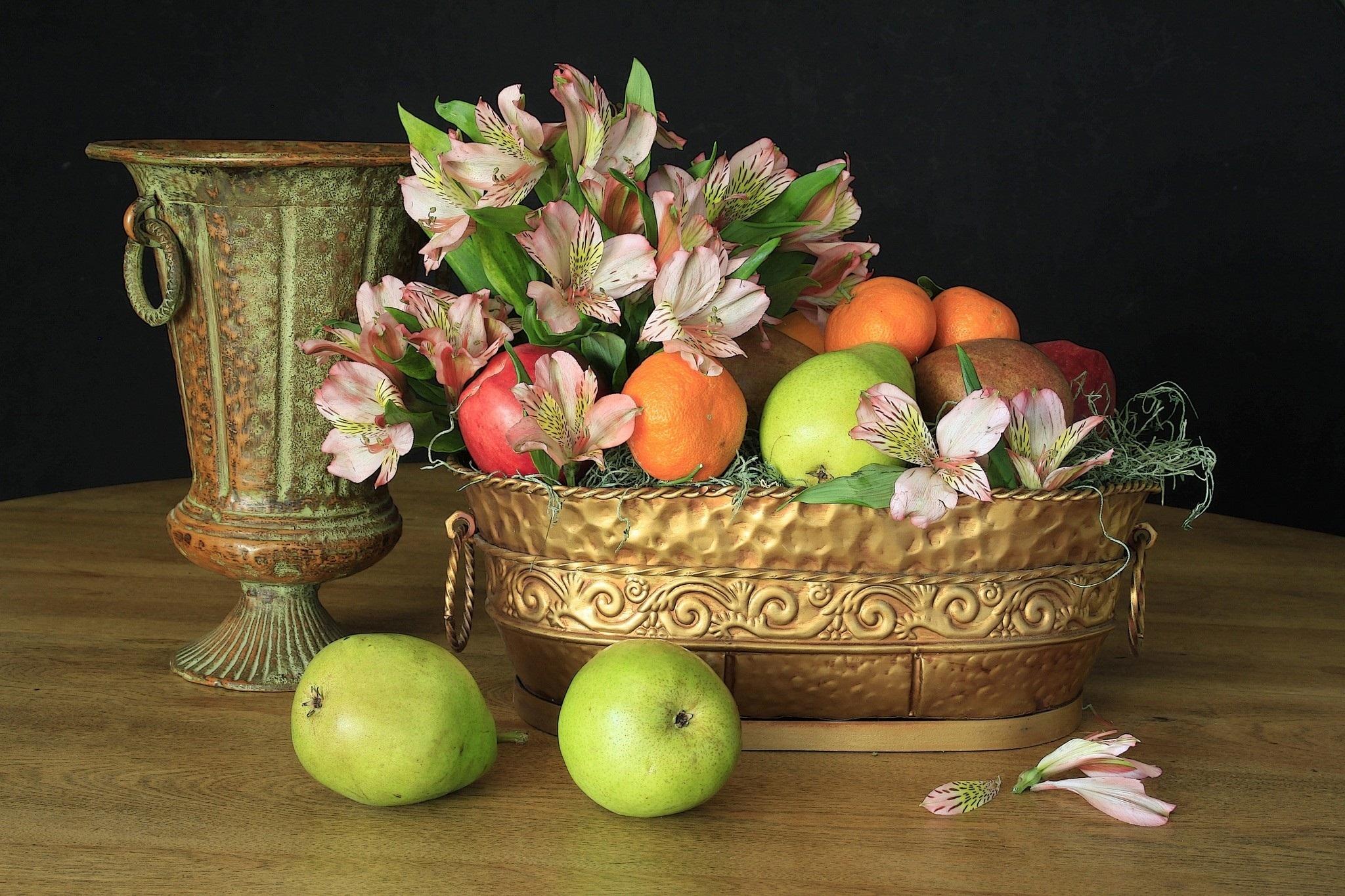 натюрморты с цветами и фруктами в фотографиях привлекает эффектный