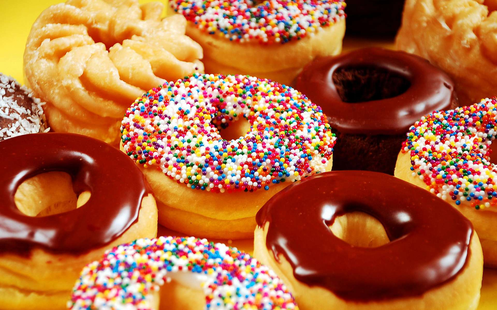 Пончик в белой глазури  № 3681757 без смс