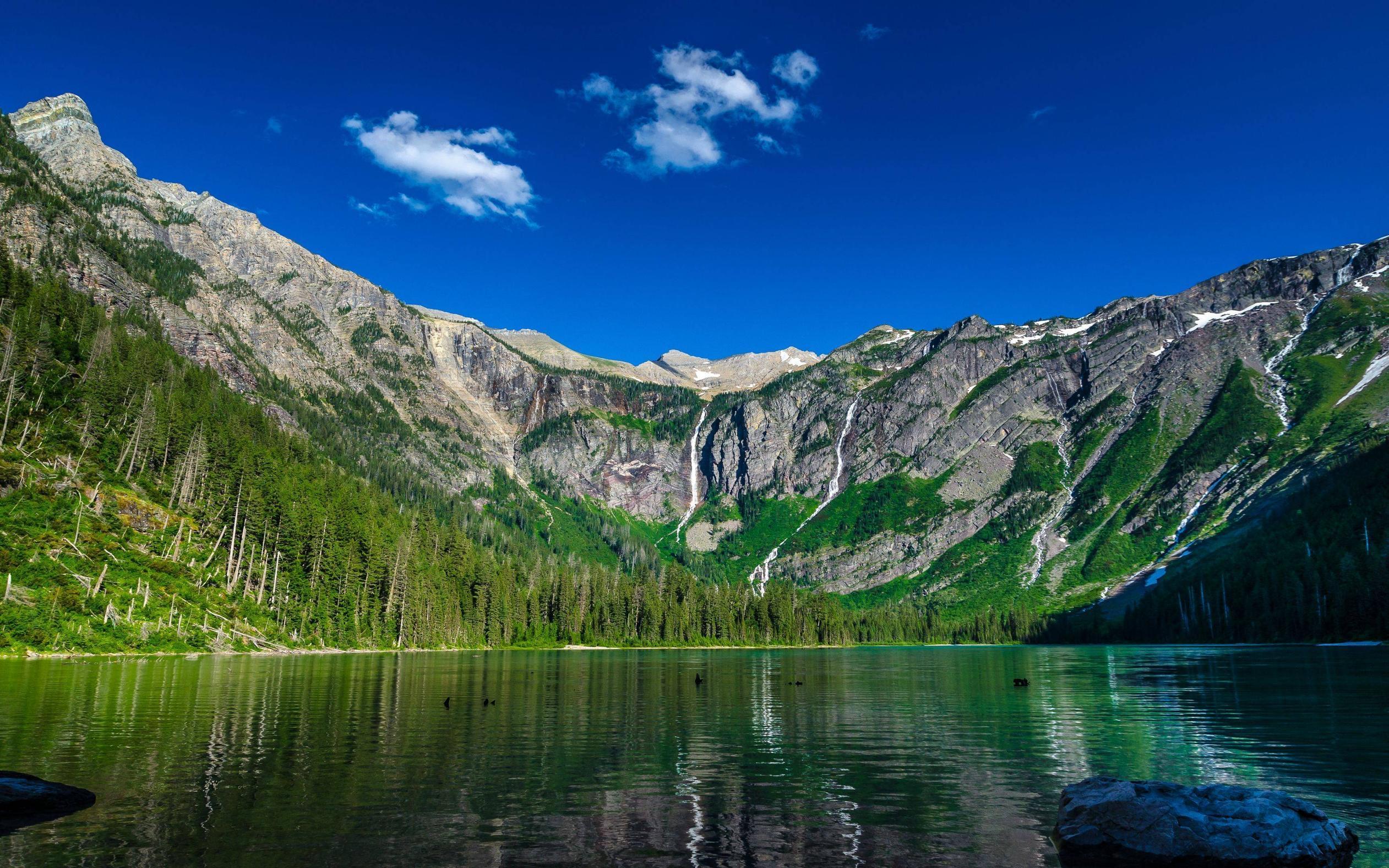 Озеро в пустынных горах бесплатно