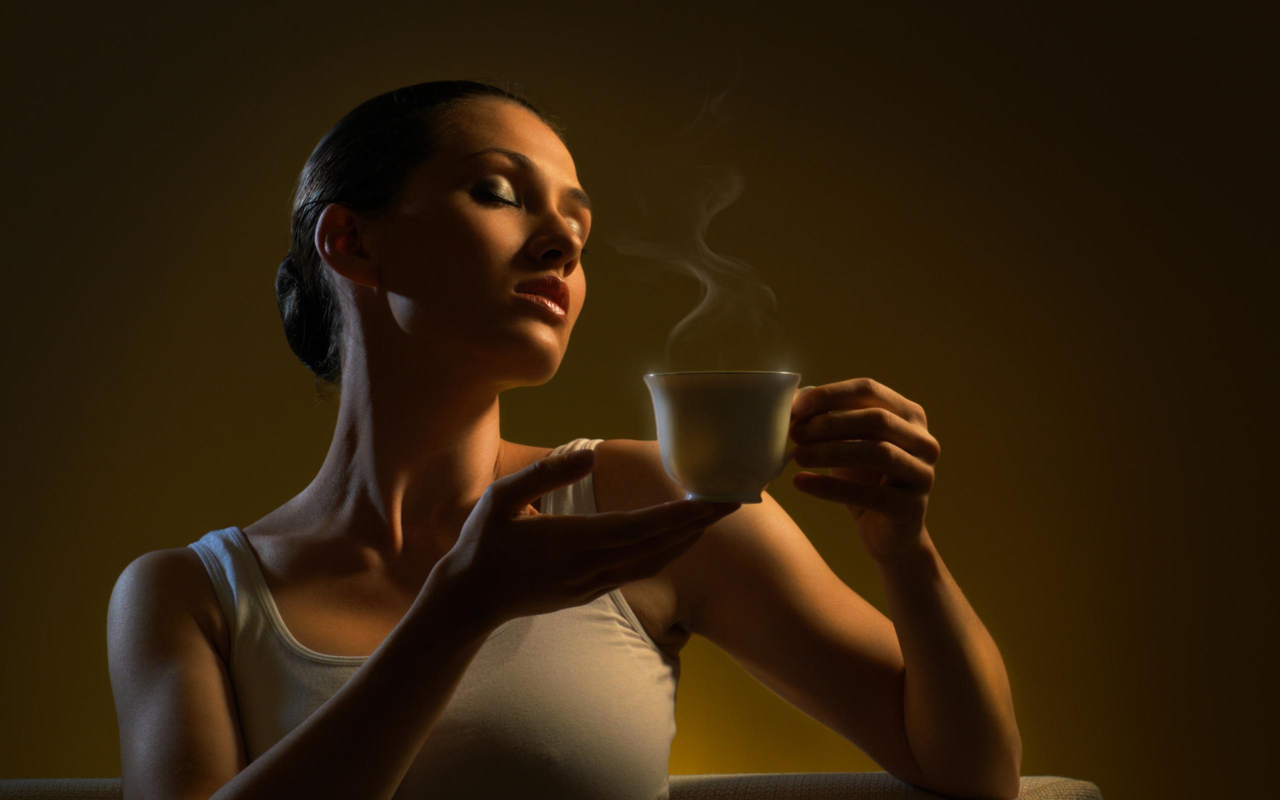 Девушка пьет кофе обои на рабочий стол