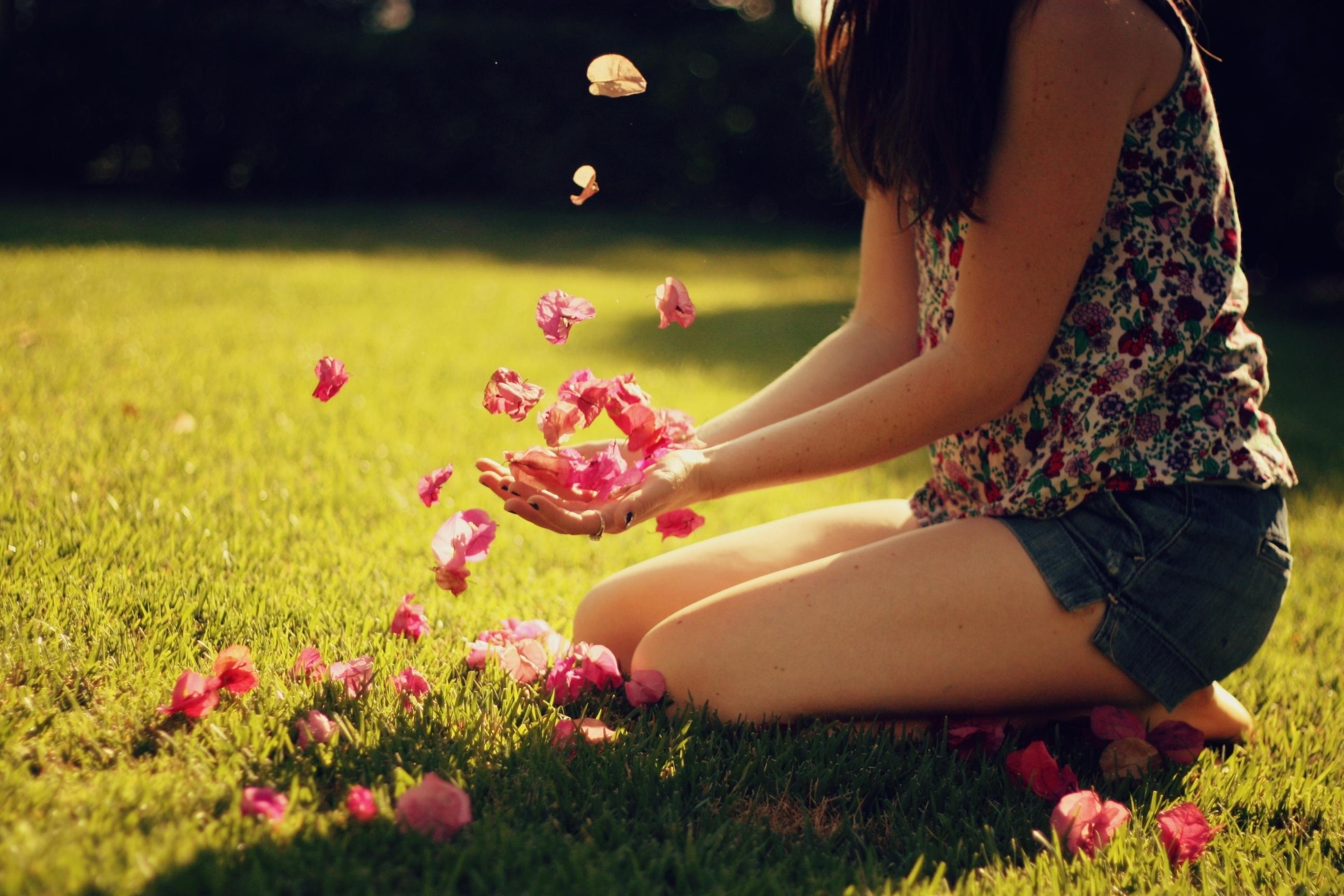 девушка с книжкой на лужайке скачать