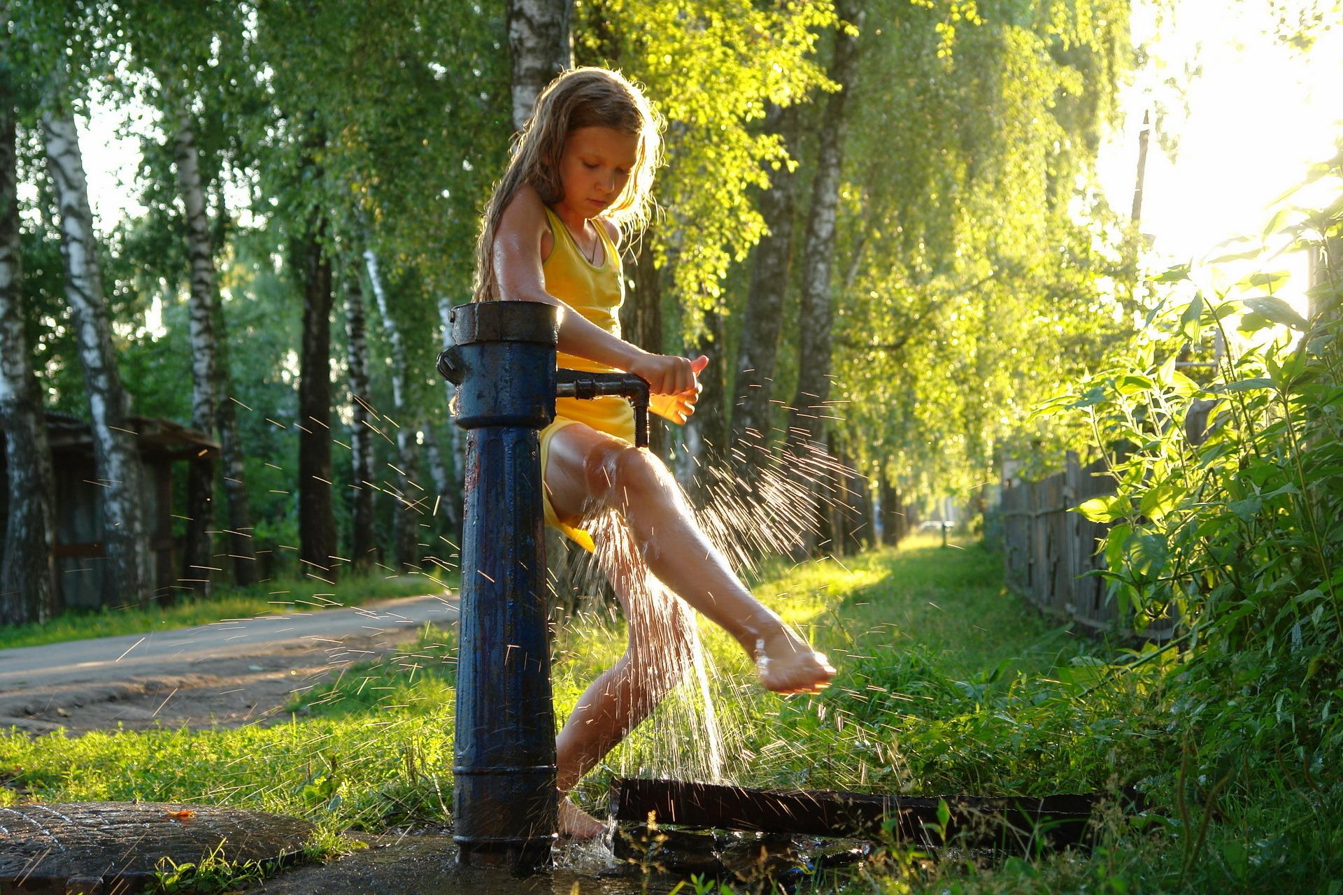 девушка писает в кустах скачать
