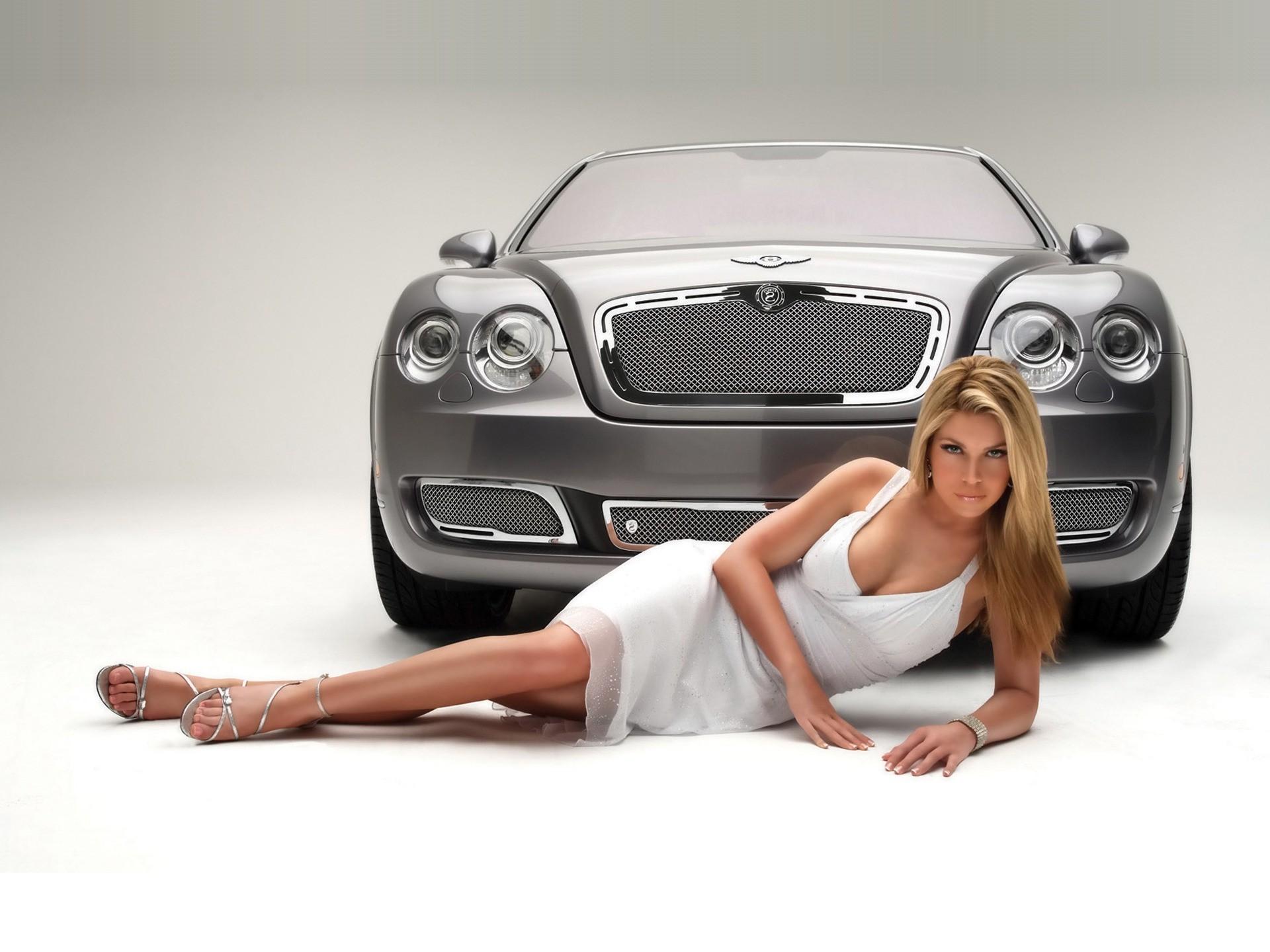 Очаровательная девушка возле белого авто скачать