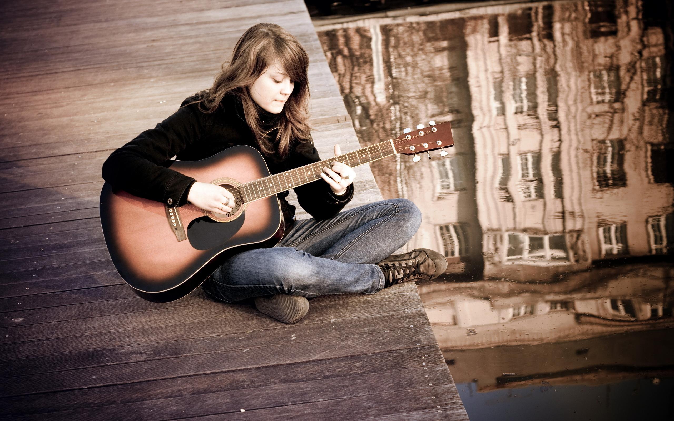 девушка с гитарой на площади загрузить