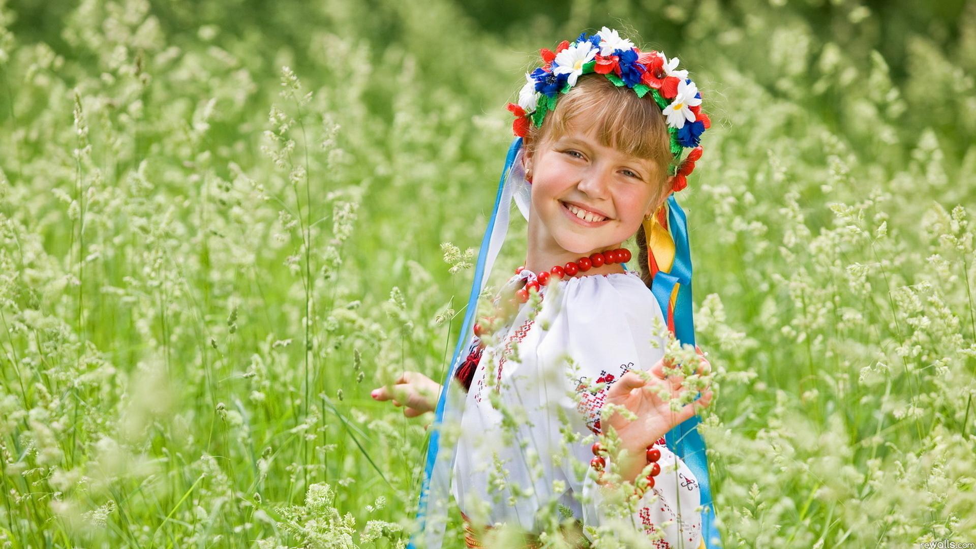 русская девушка наряд бусы анонимно