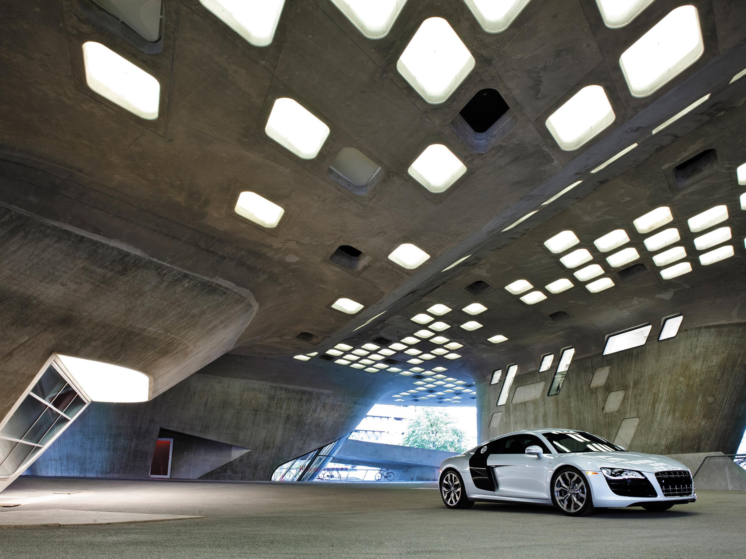Audi в заброшенном ангаре скачать