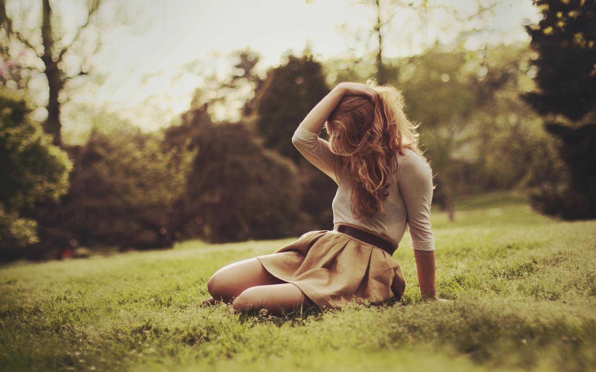 мечтательная девушка у столба без смс