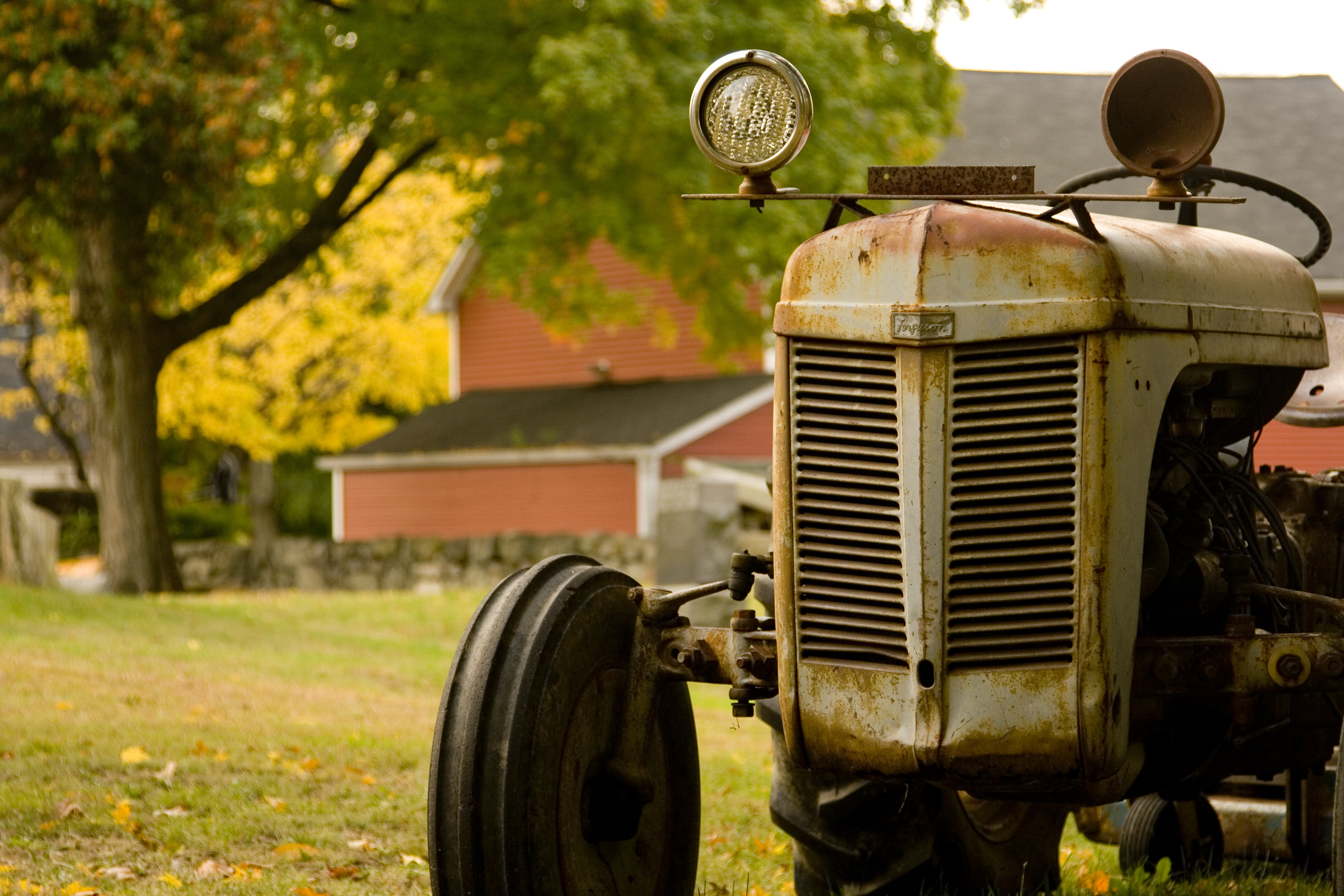 Старый автомобиль в поле  № 2341322 бесплатно