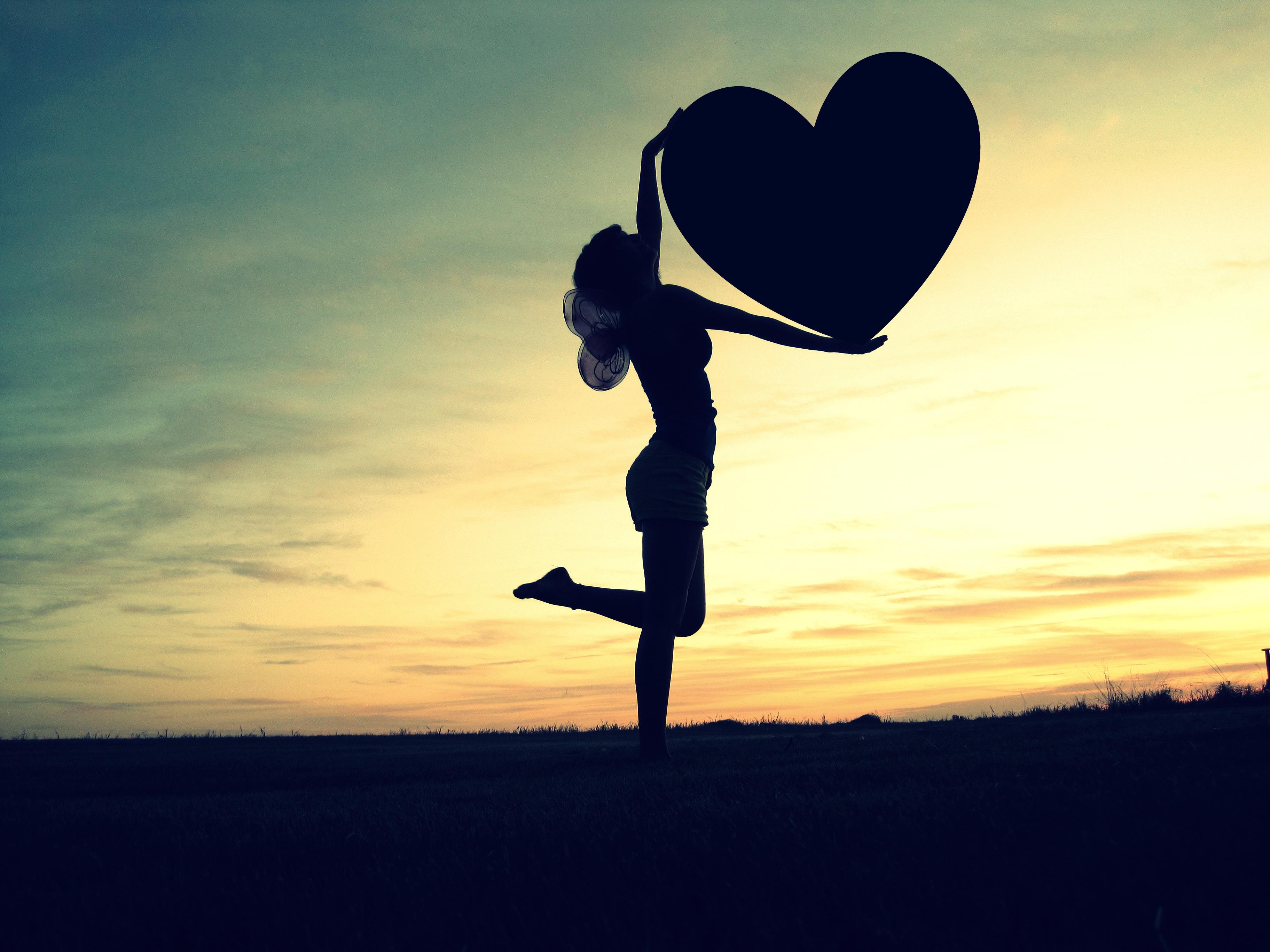 Сердце девушка обнимка  № 1659752 бесплатно