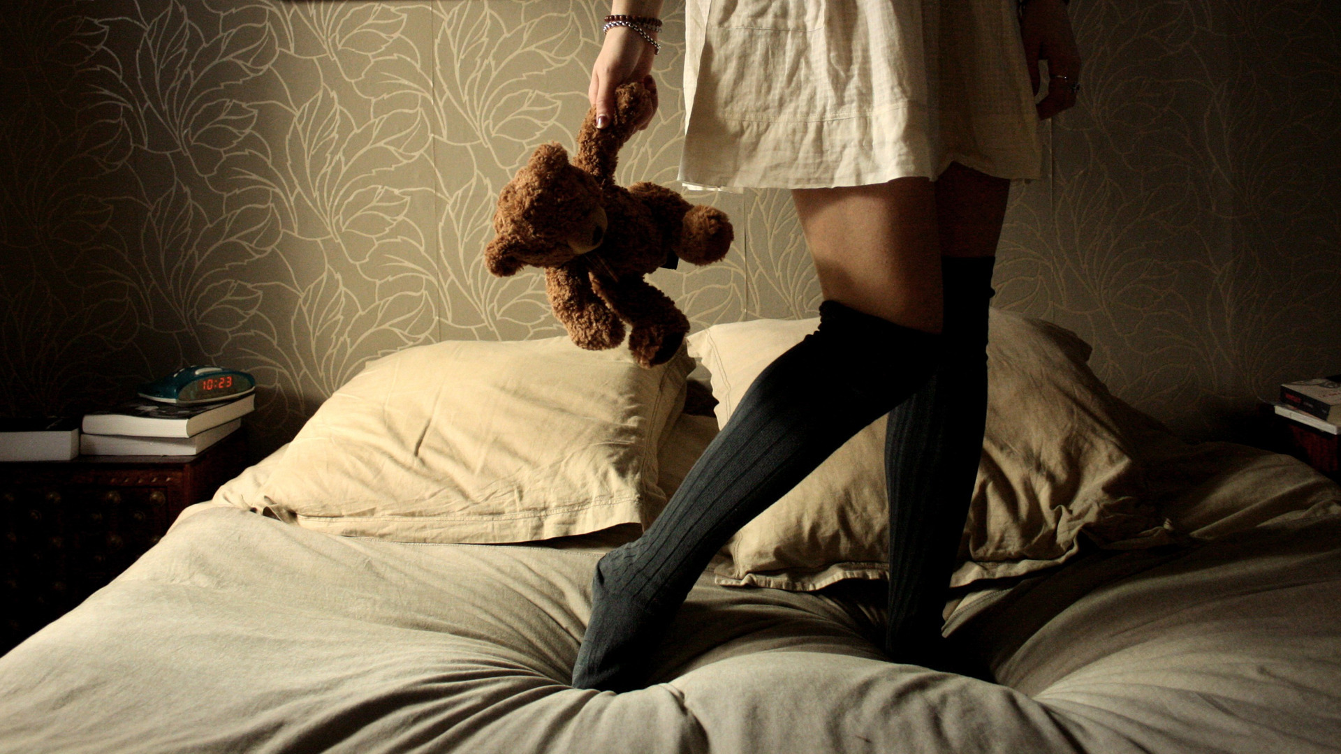 Шальная брюнетка валяется на кроватке в одиночестве без одежды  585508