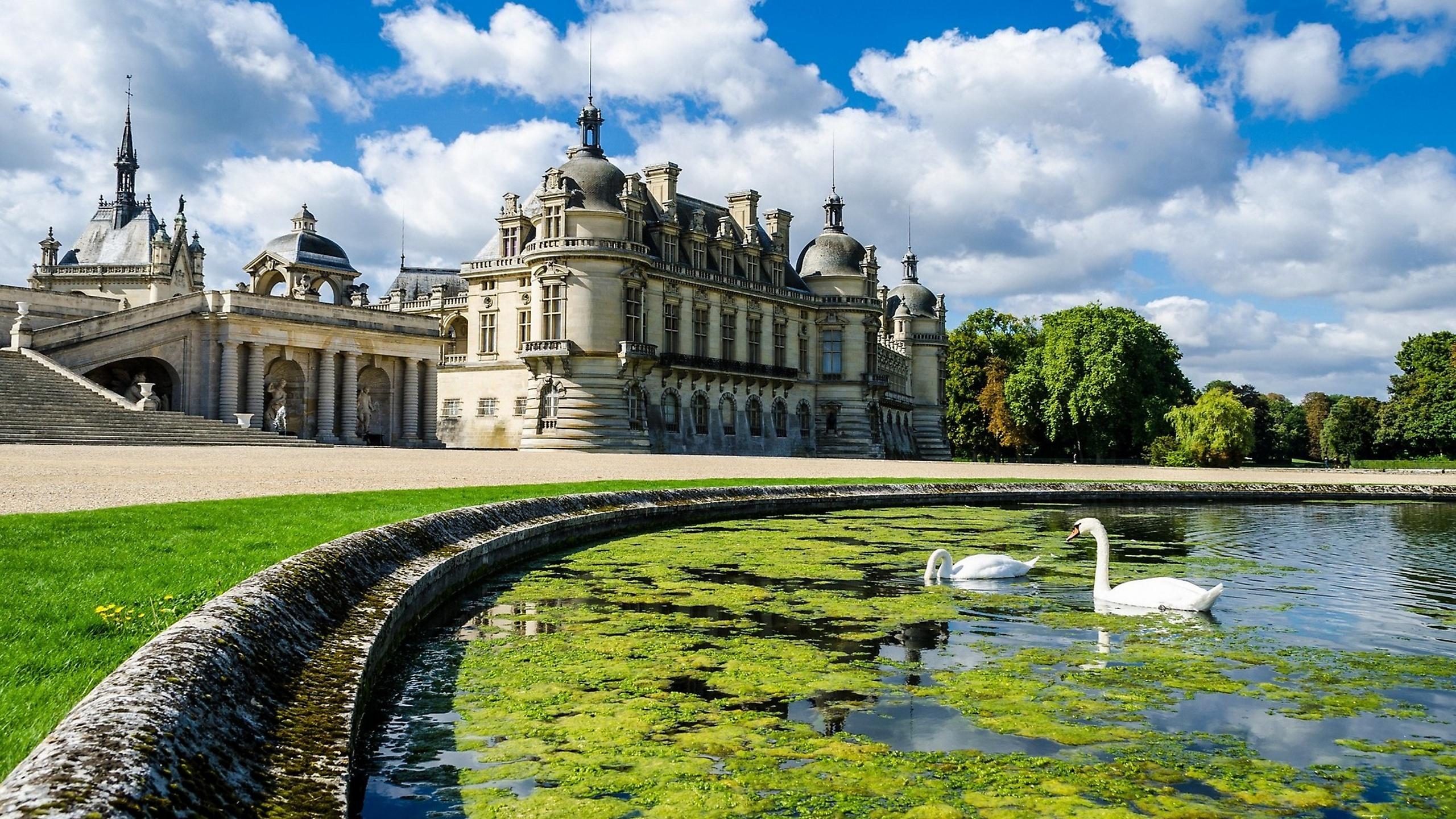 Замок в центре водоема без смс