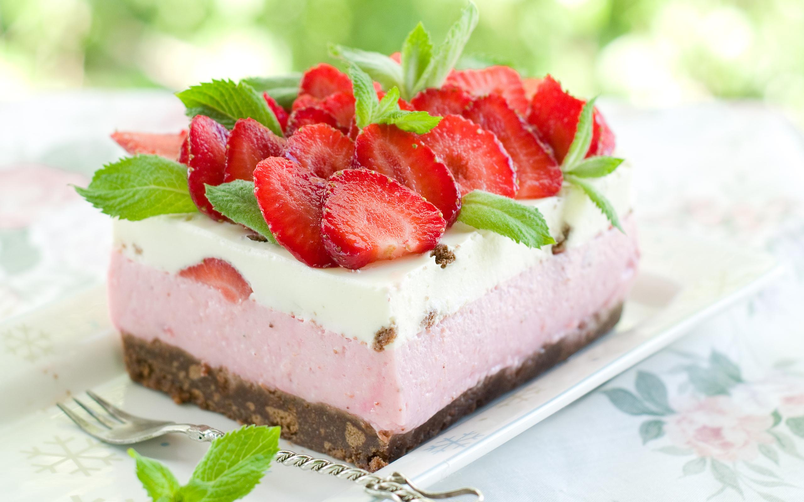 Белый торт с кусочками фруктов  № 2171518 загрузить