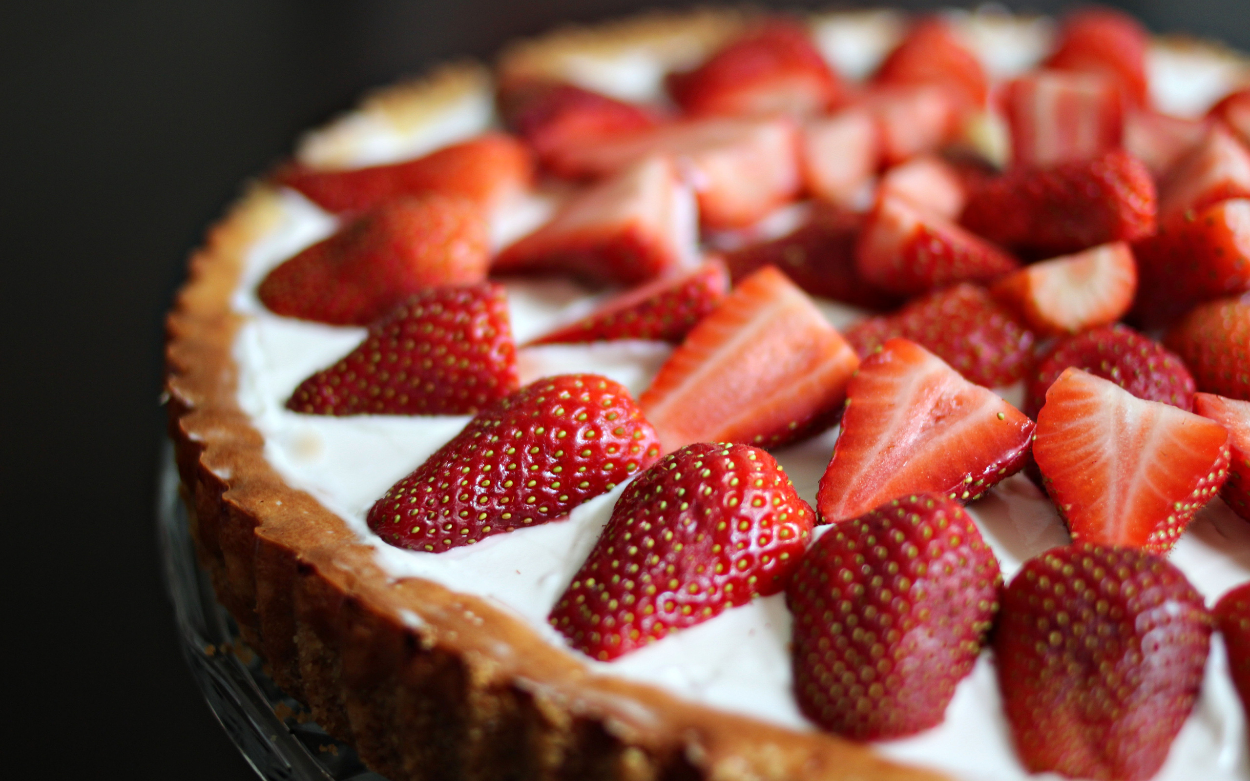 Белый торт с кусочками фруктов  № 2171586  скачать