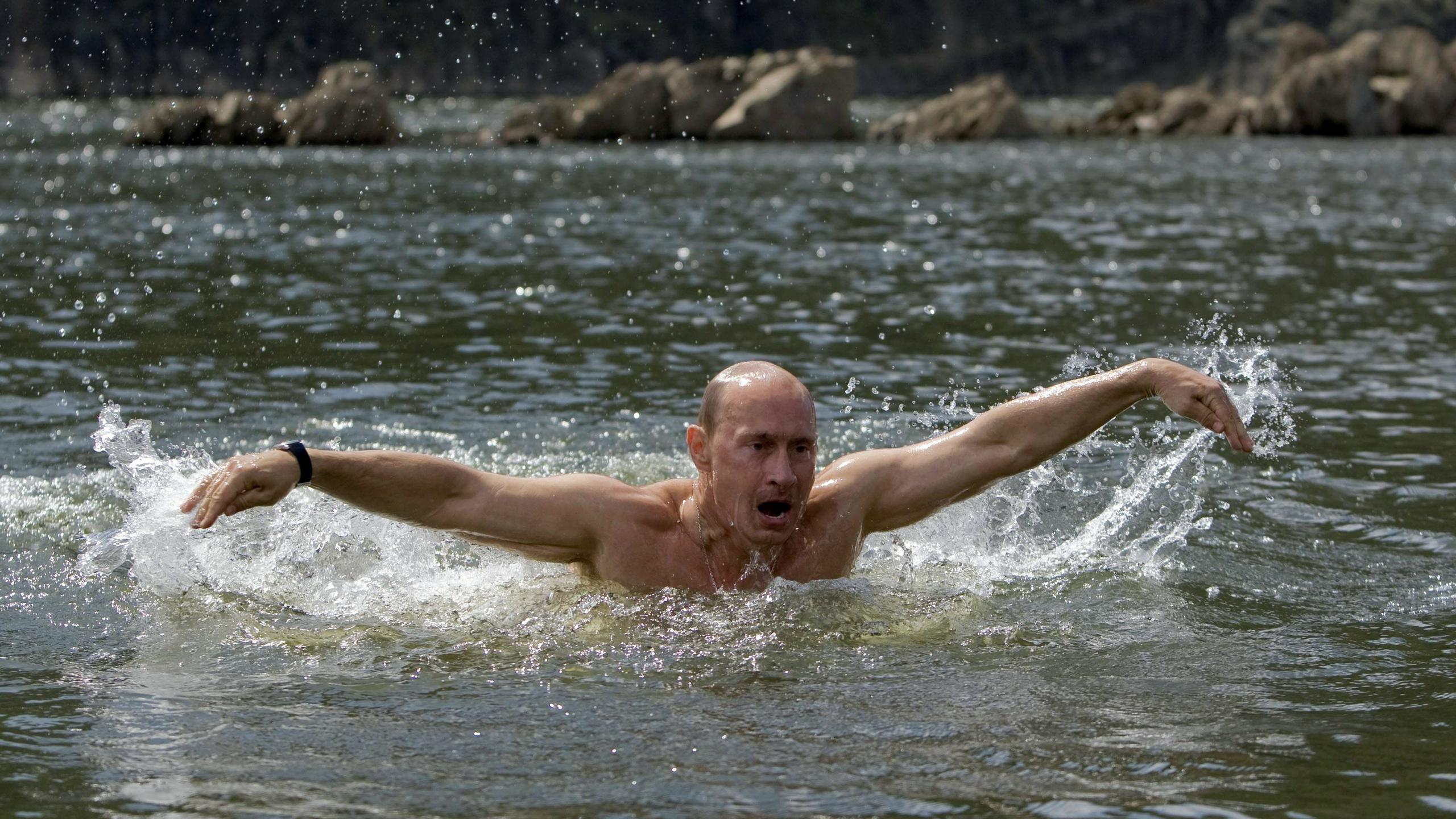 Начальник купается в бассейне с оголенными работницами  440679