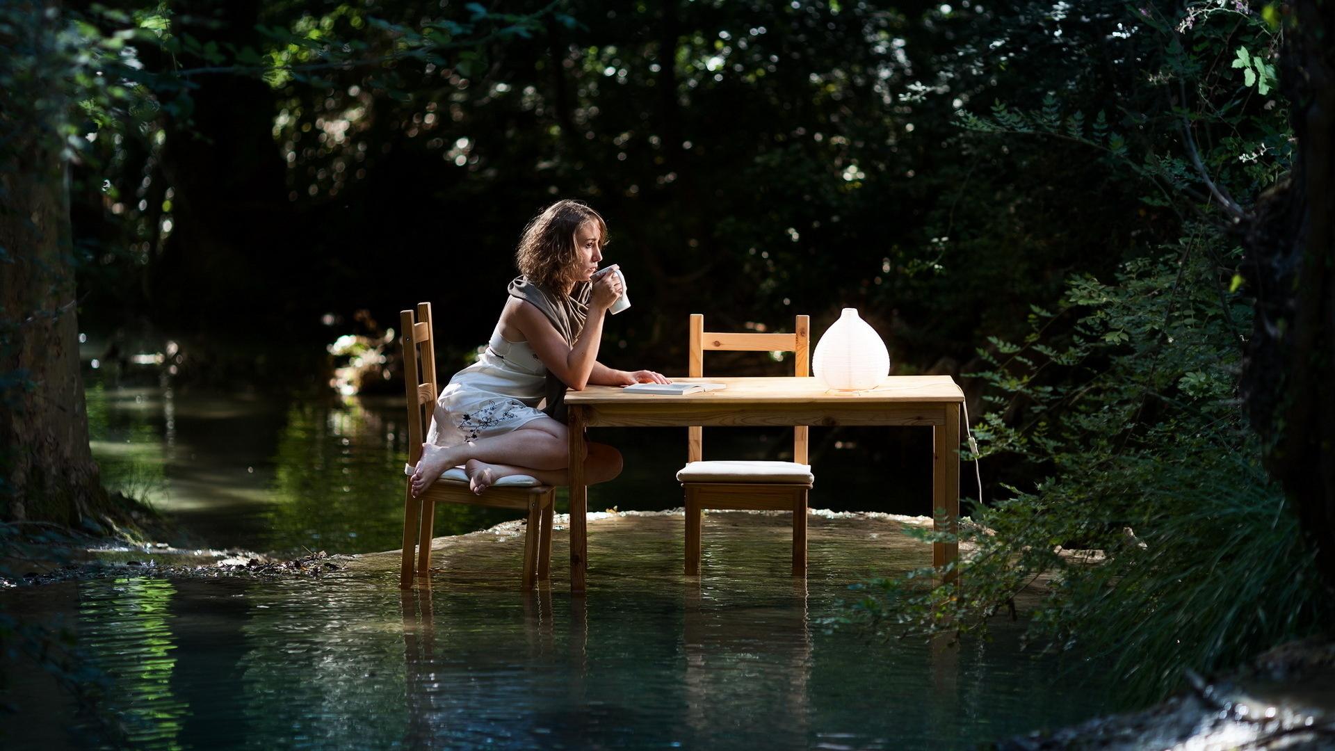 Девушка над речкой без смс