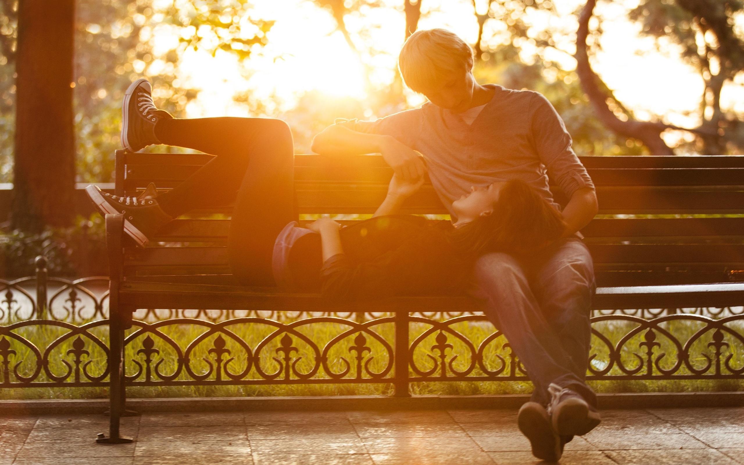 опубликовал картинка парень на скамейке ценников роды