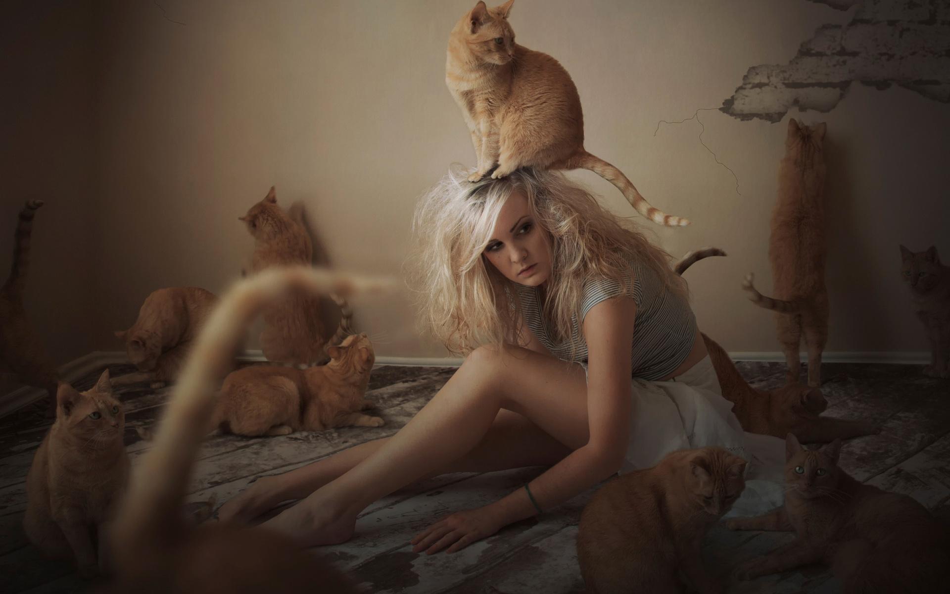 Обнаженная рыжая тетка играет с котом  184854