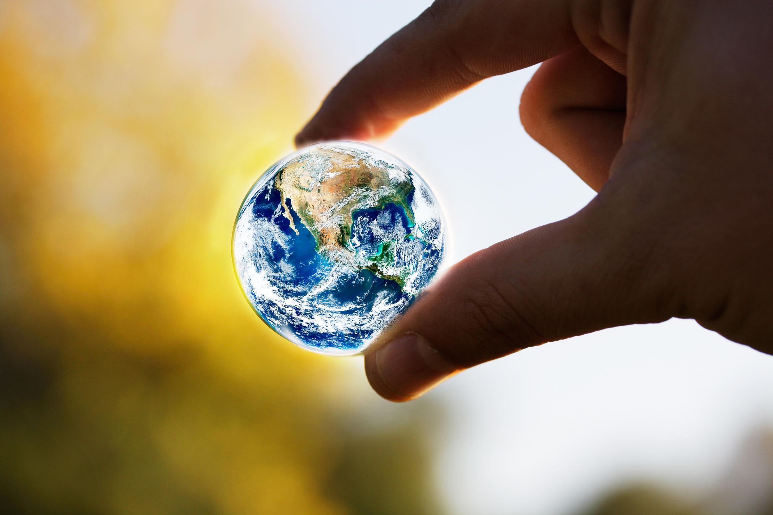 Приятного, картинки земной шар на ладони