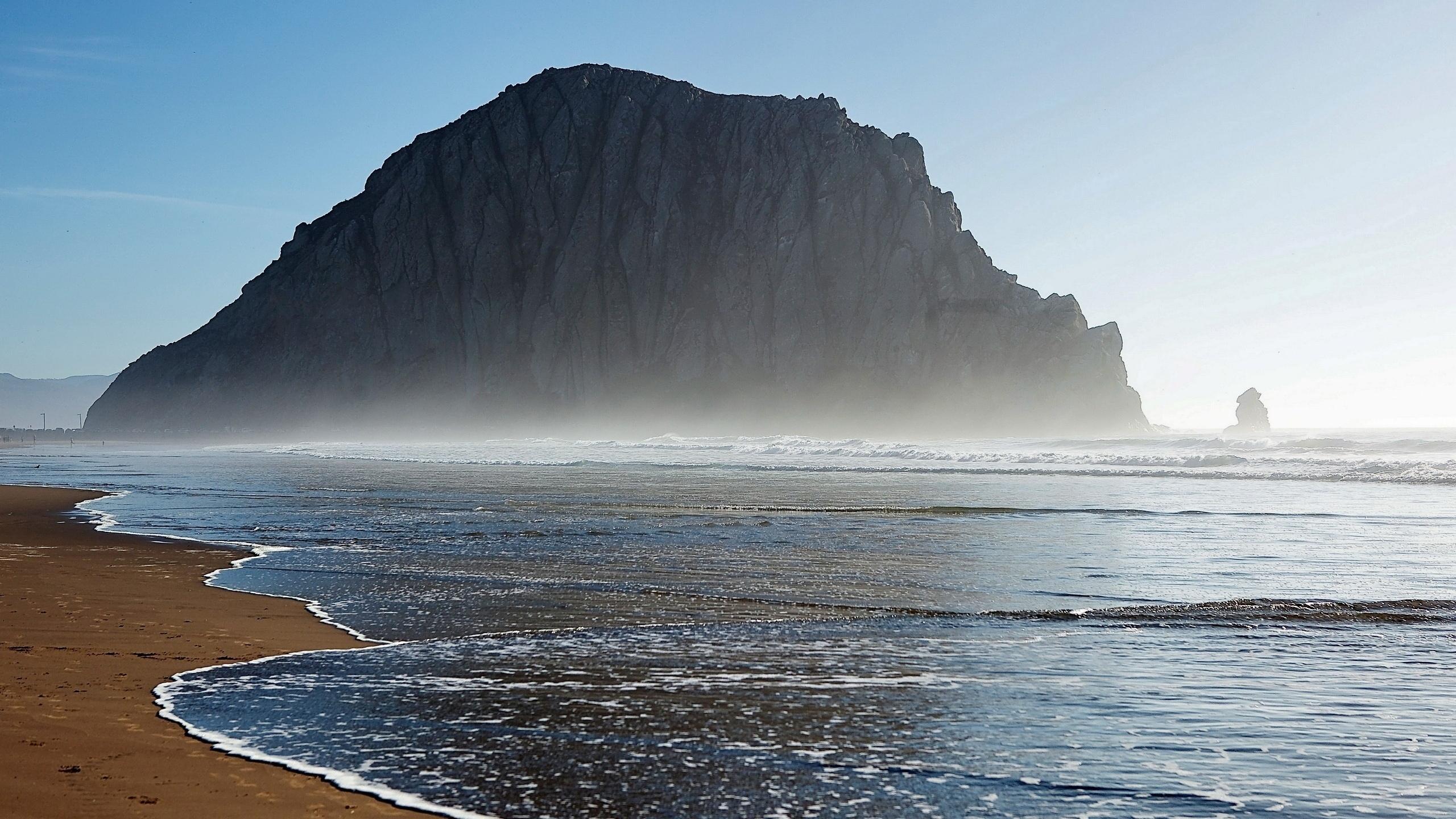 скалистые горы в море загрузить