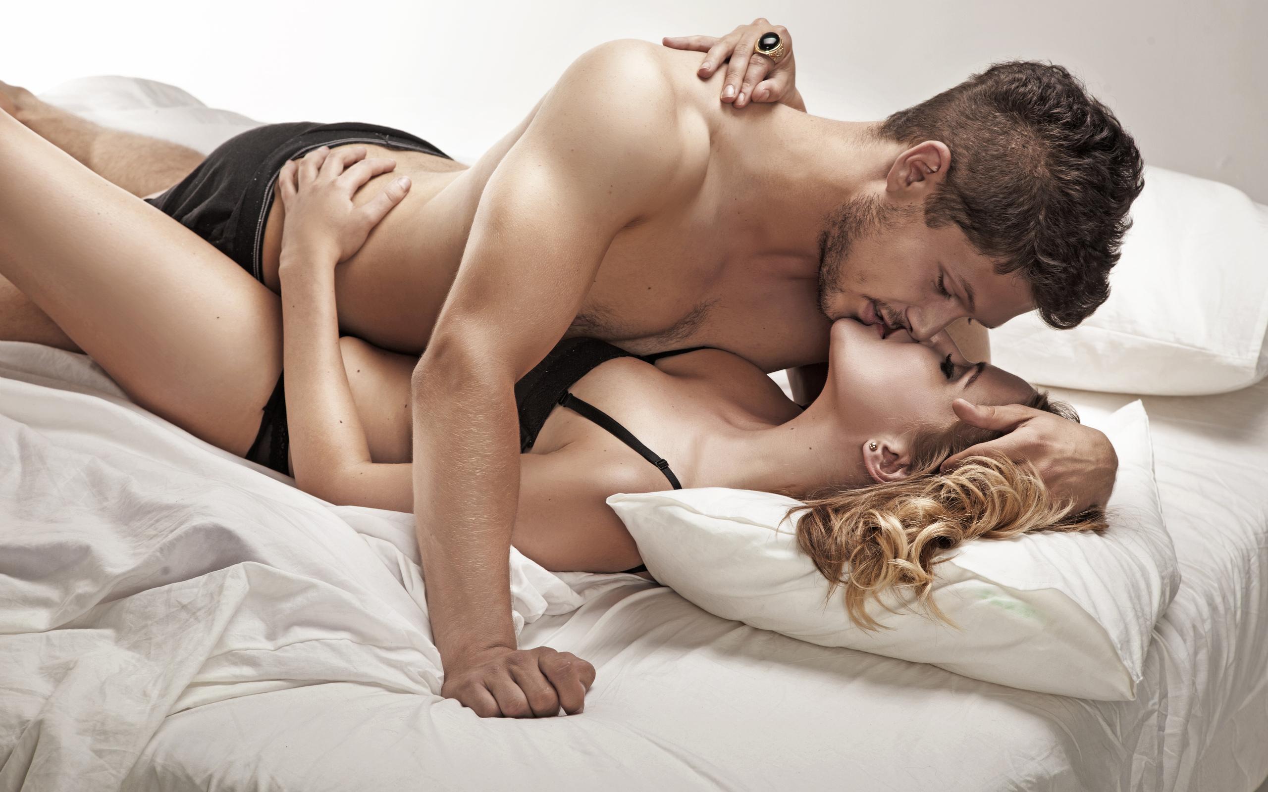 eroticheskie-foto-paren-sverhu-seks-spyashimi-zhenami