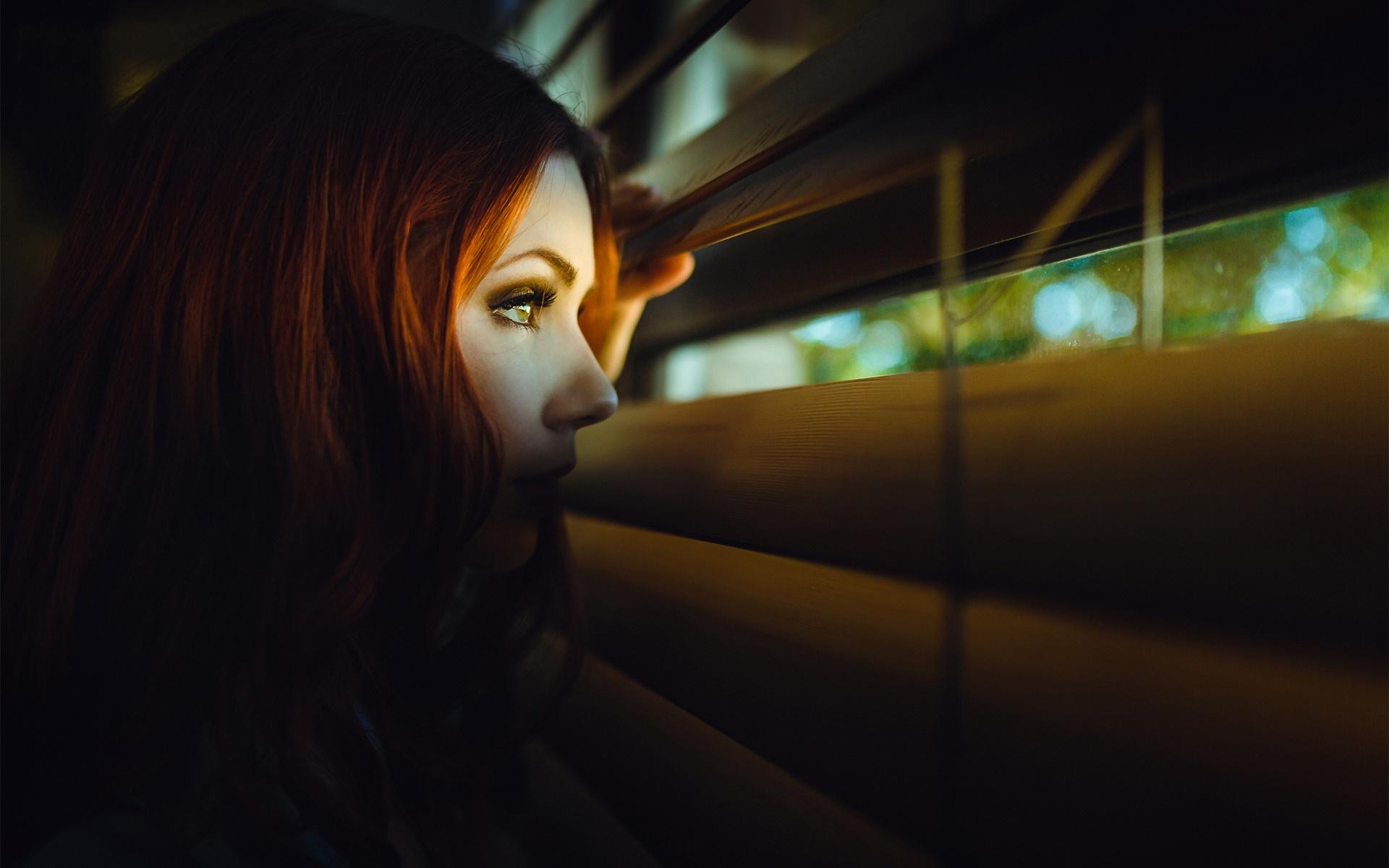 Фото девушка смотрит на фотографию