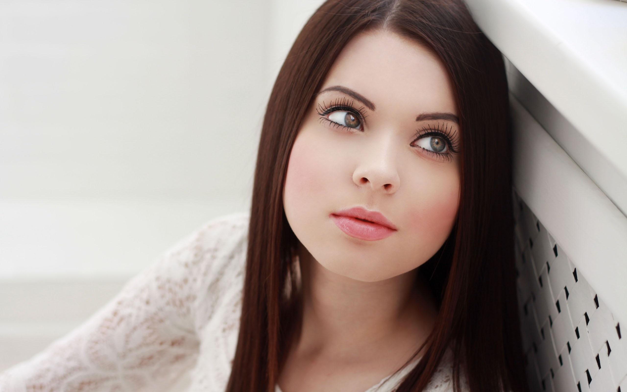 девушка милая лицо взгляд брюнетка глаза  № 649027 бесплатно