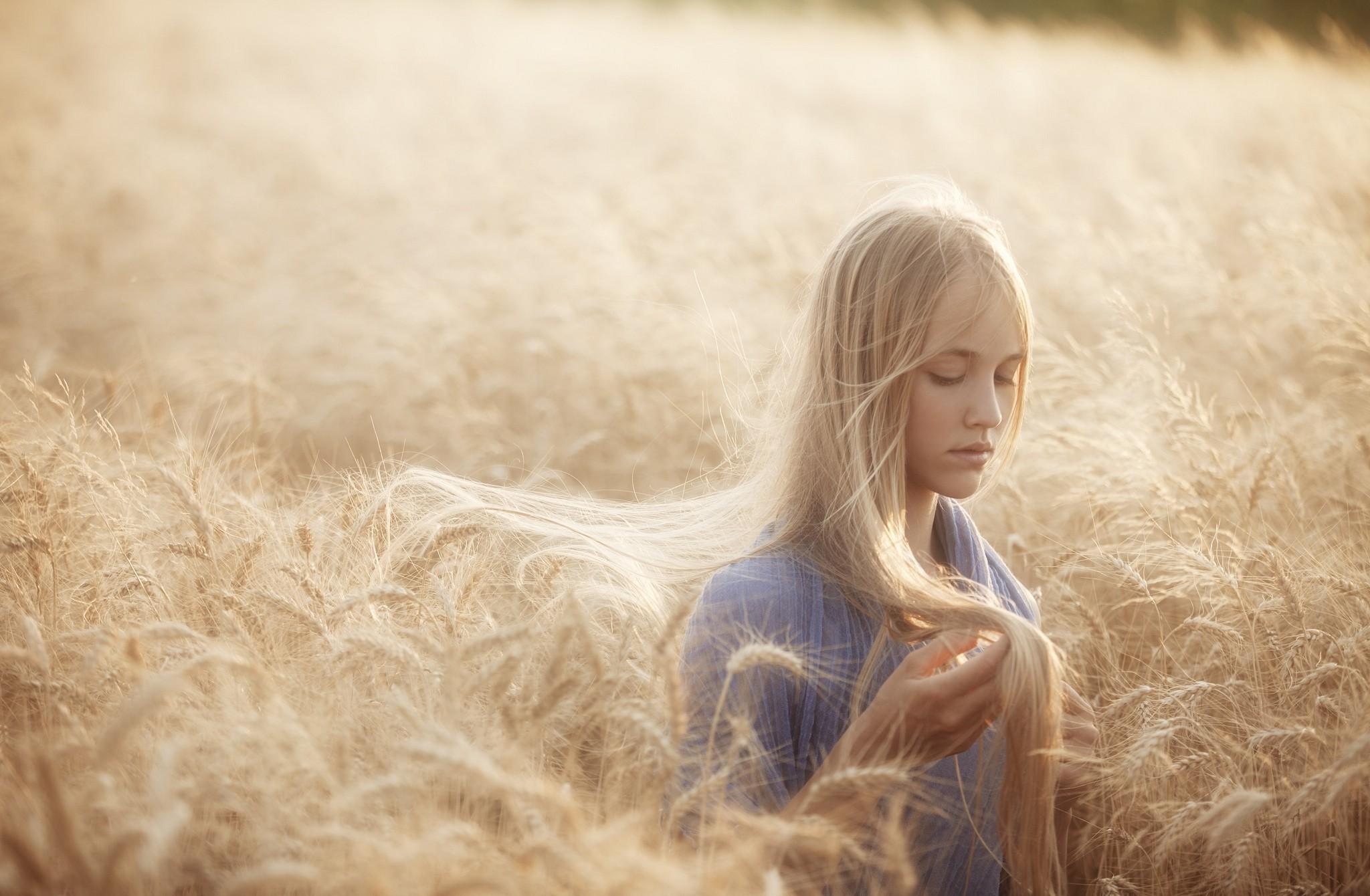 блондинка дерево поле blonde tree field  № 1377113 бесплатно