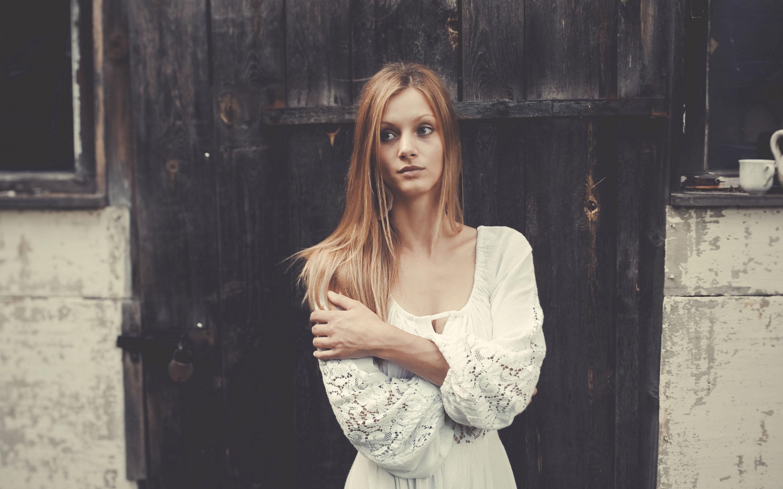 Девушка в платье фото дома