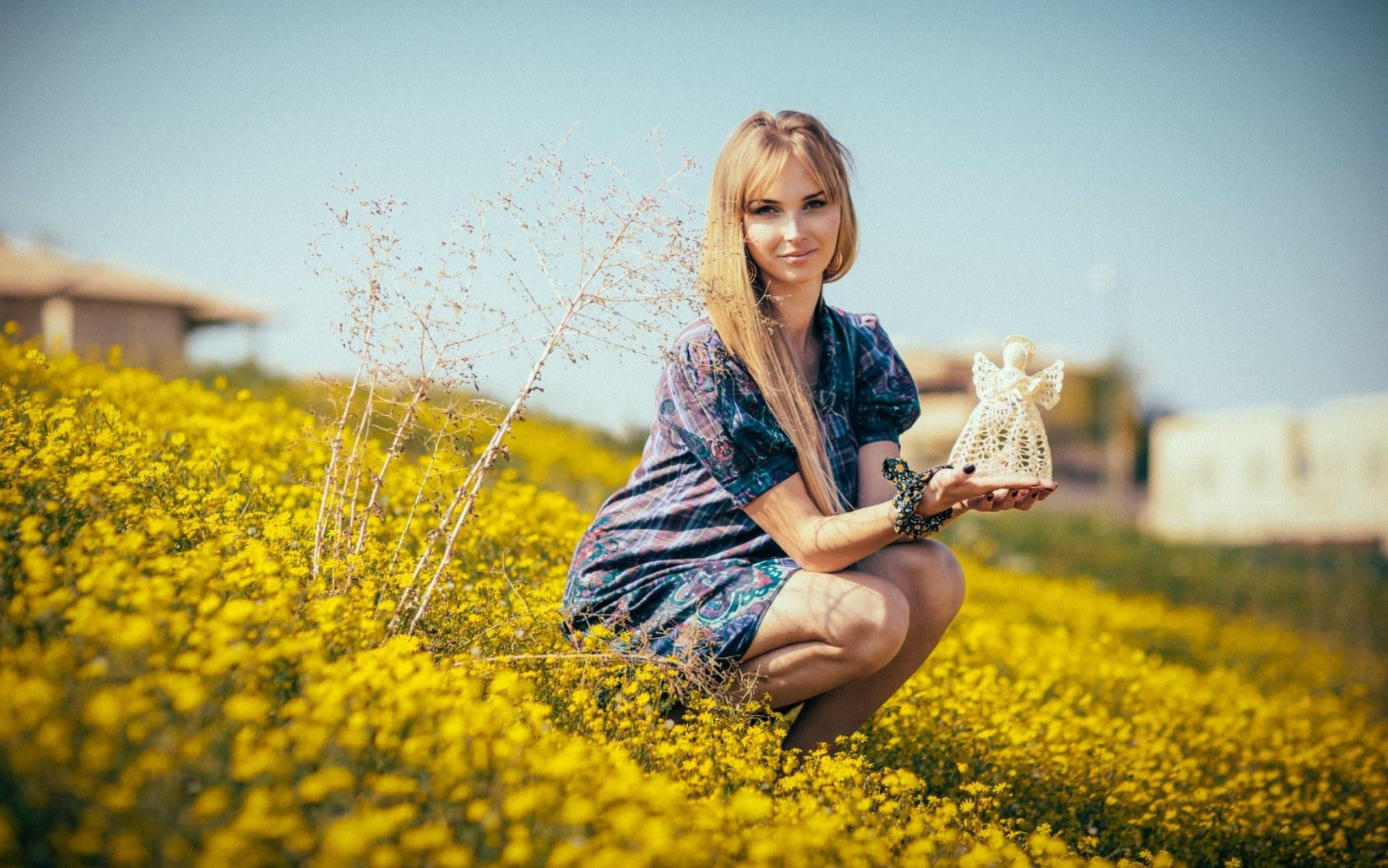 девушка трава блондинка  № 2678763 бесплатно