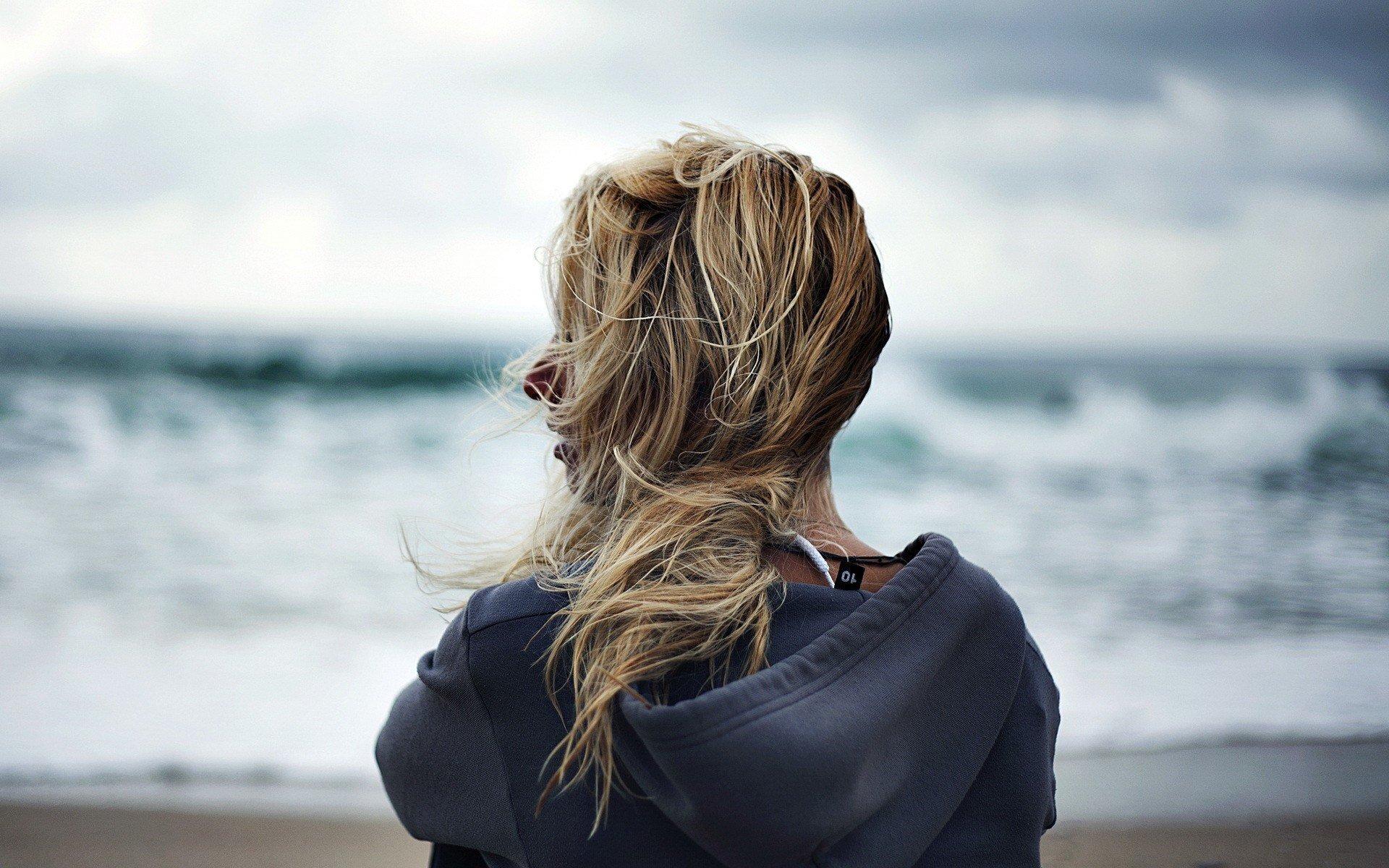 Картинки блондинки стоящие спиной