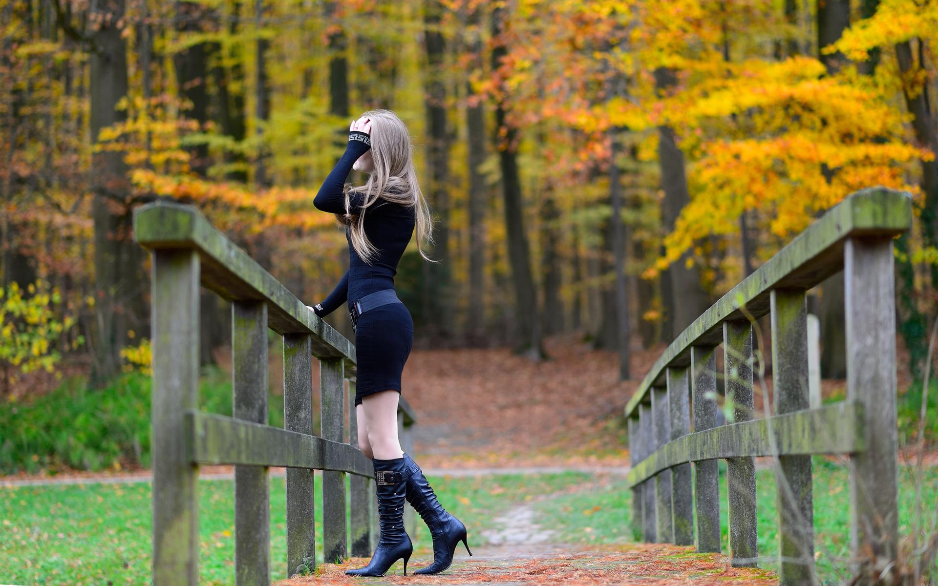 Фото спиной в осеннем лесу