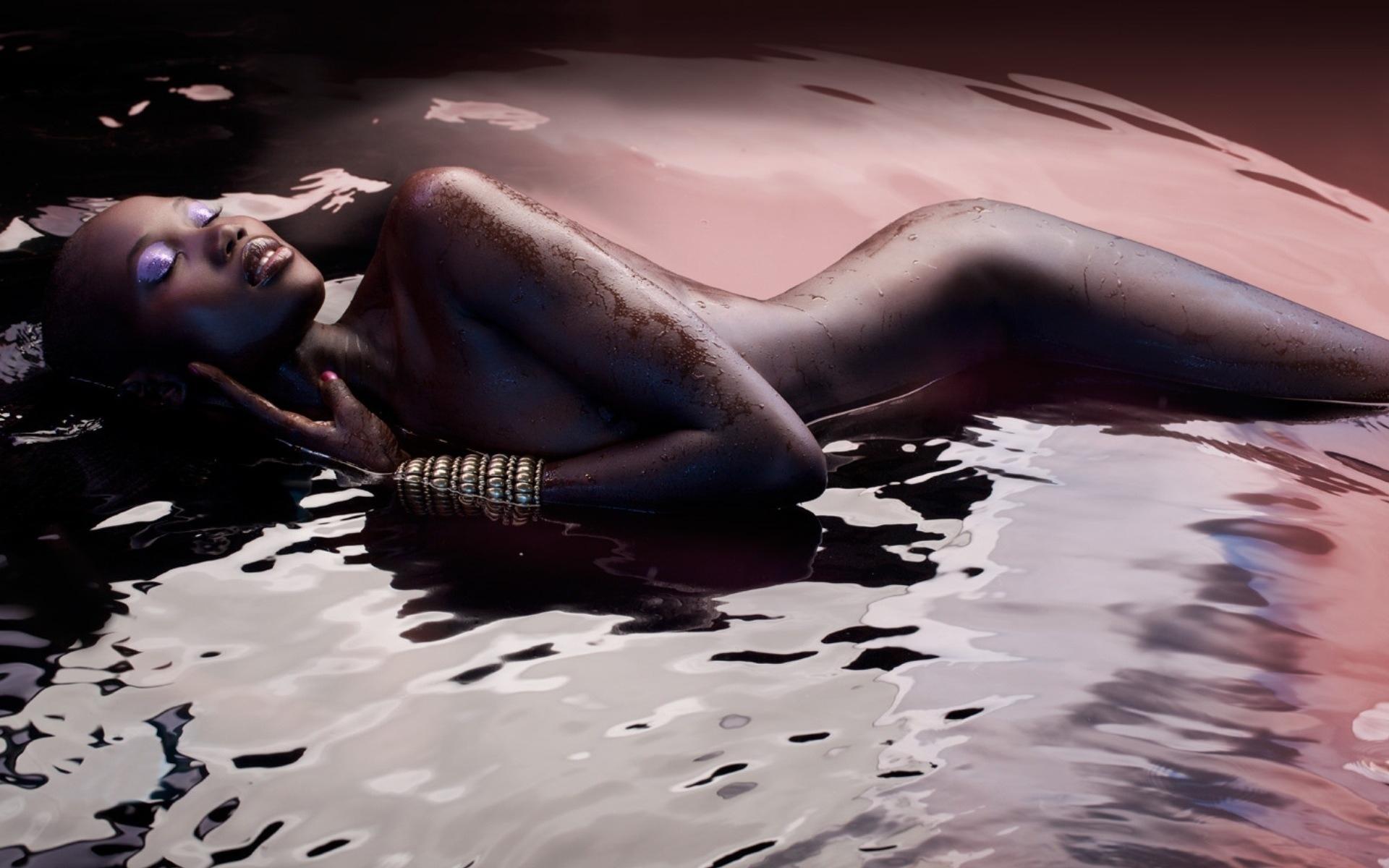 negrityanka-erotika-v-vode