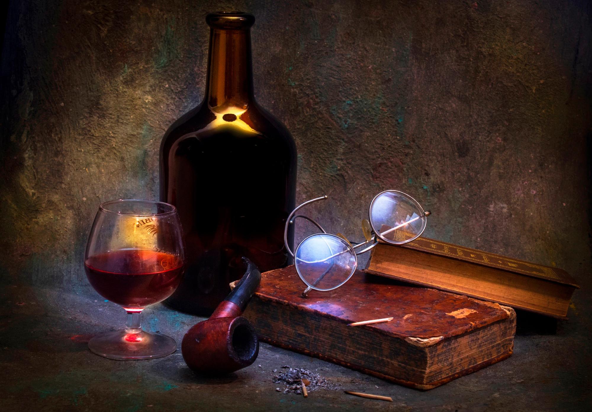 Нож, книга, бокал вино, трубка скачать