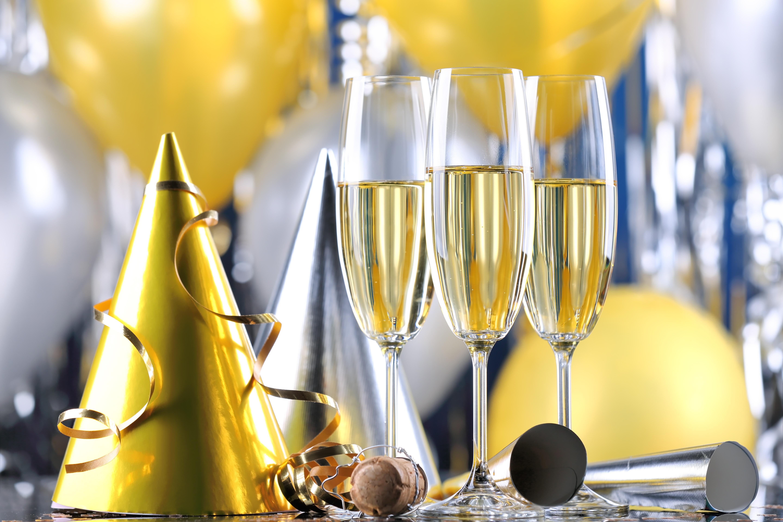 Открытка с шампанским на день рождения