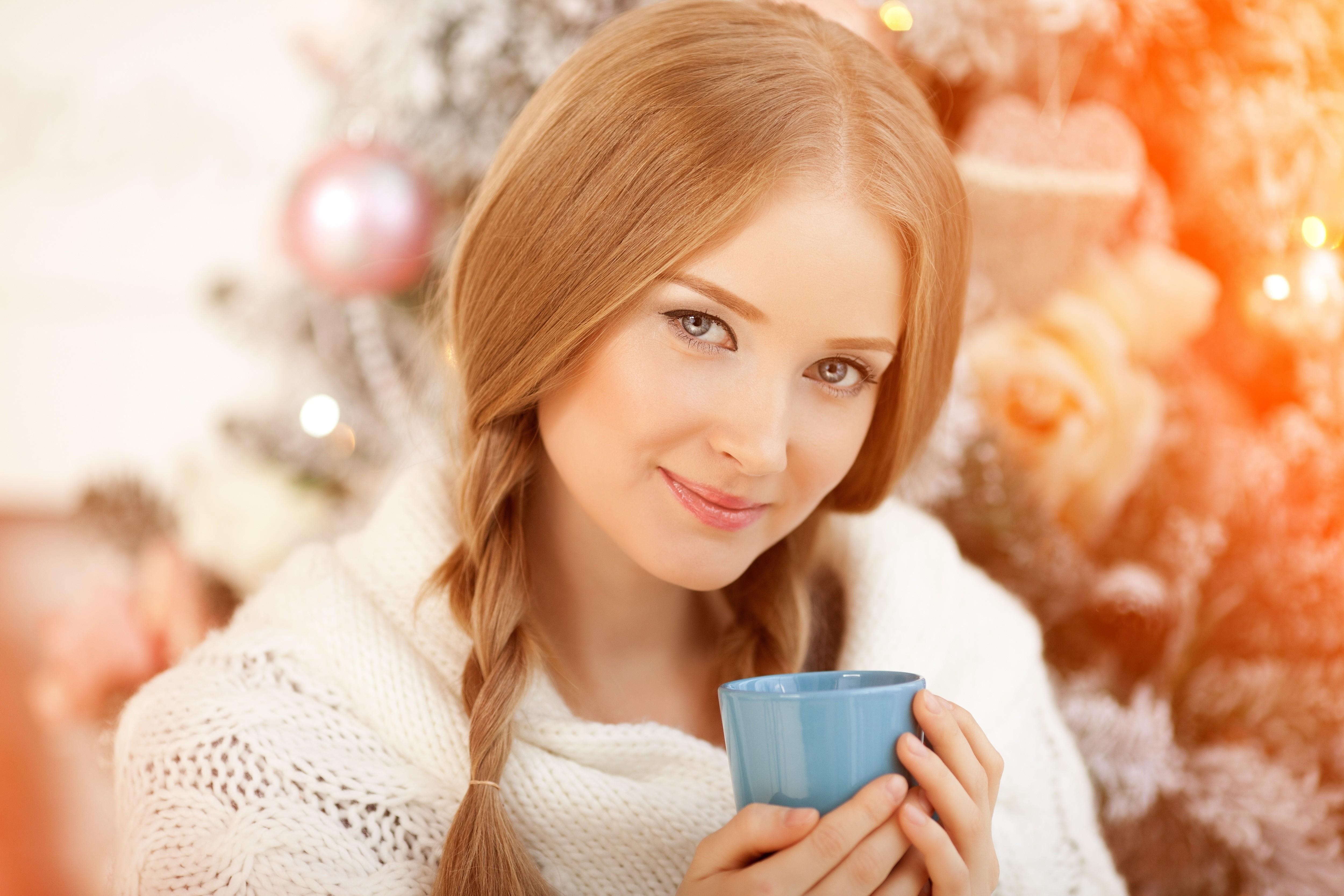 красотка, окно, сидит, кофе бесплатно