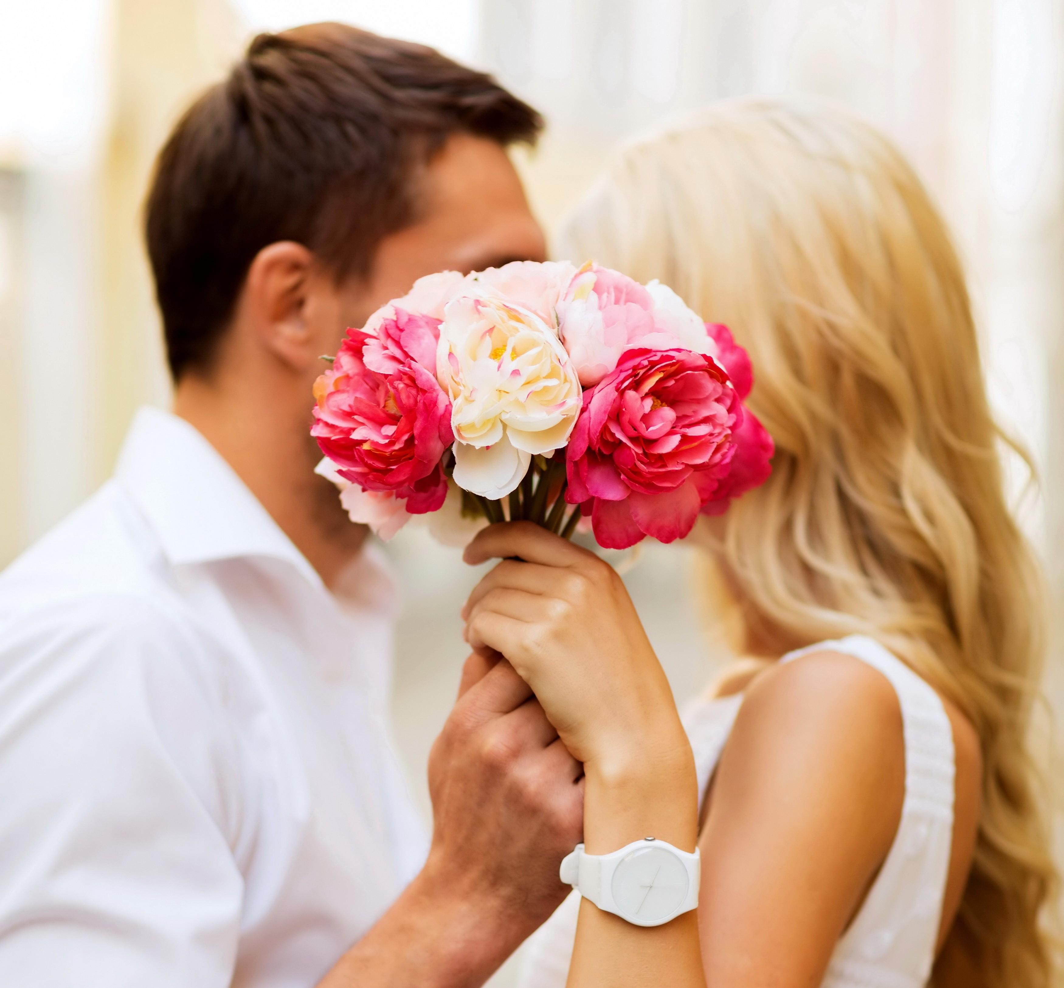 Картинка парень и девушка с розой
