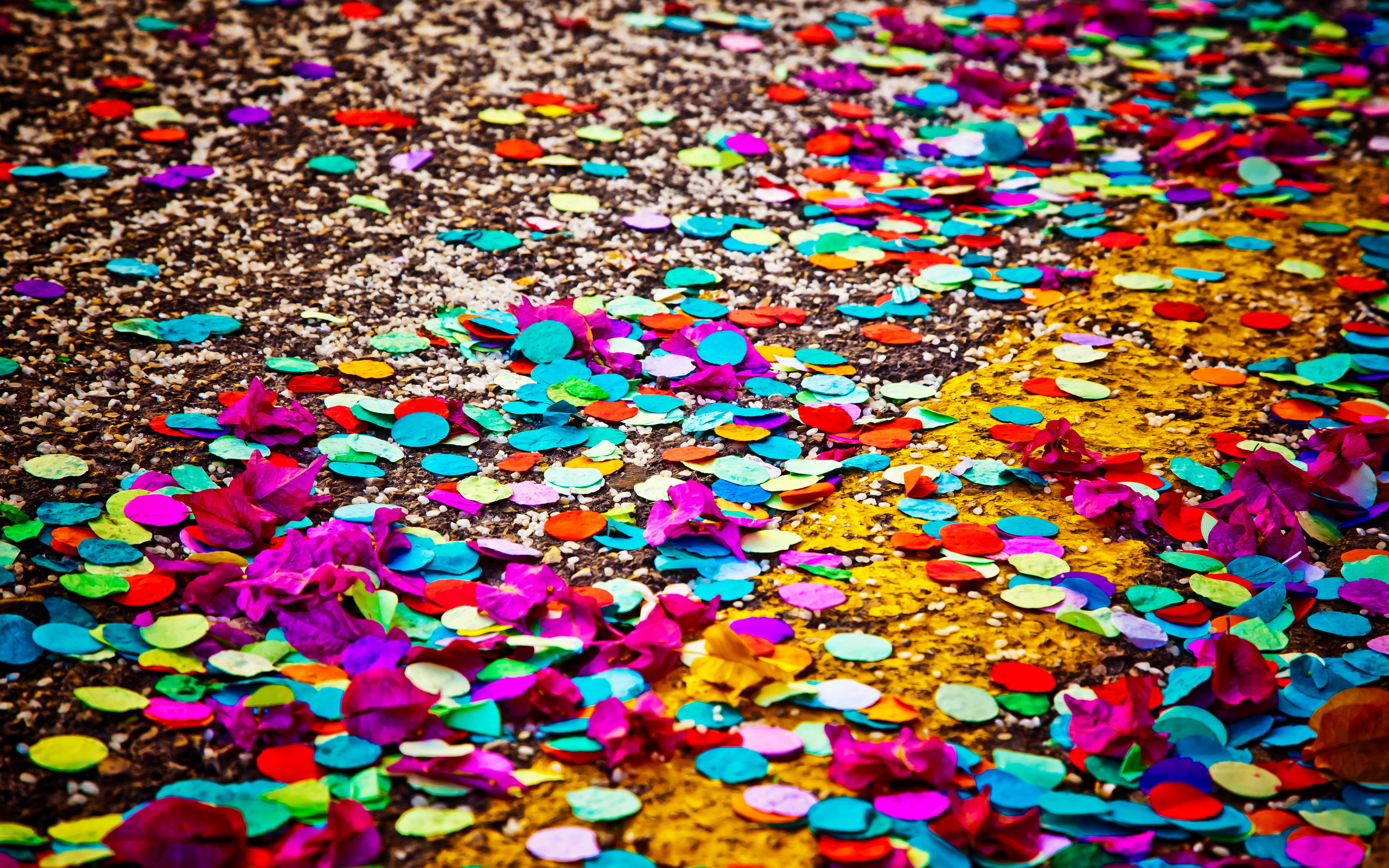 paper confetti Confetti are small pieces or streamers of paper, mylar, or metallic material which are usually thrown at celebrations, especially parades and weddings[1] the origins are from the latin confectum.
