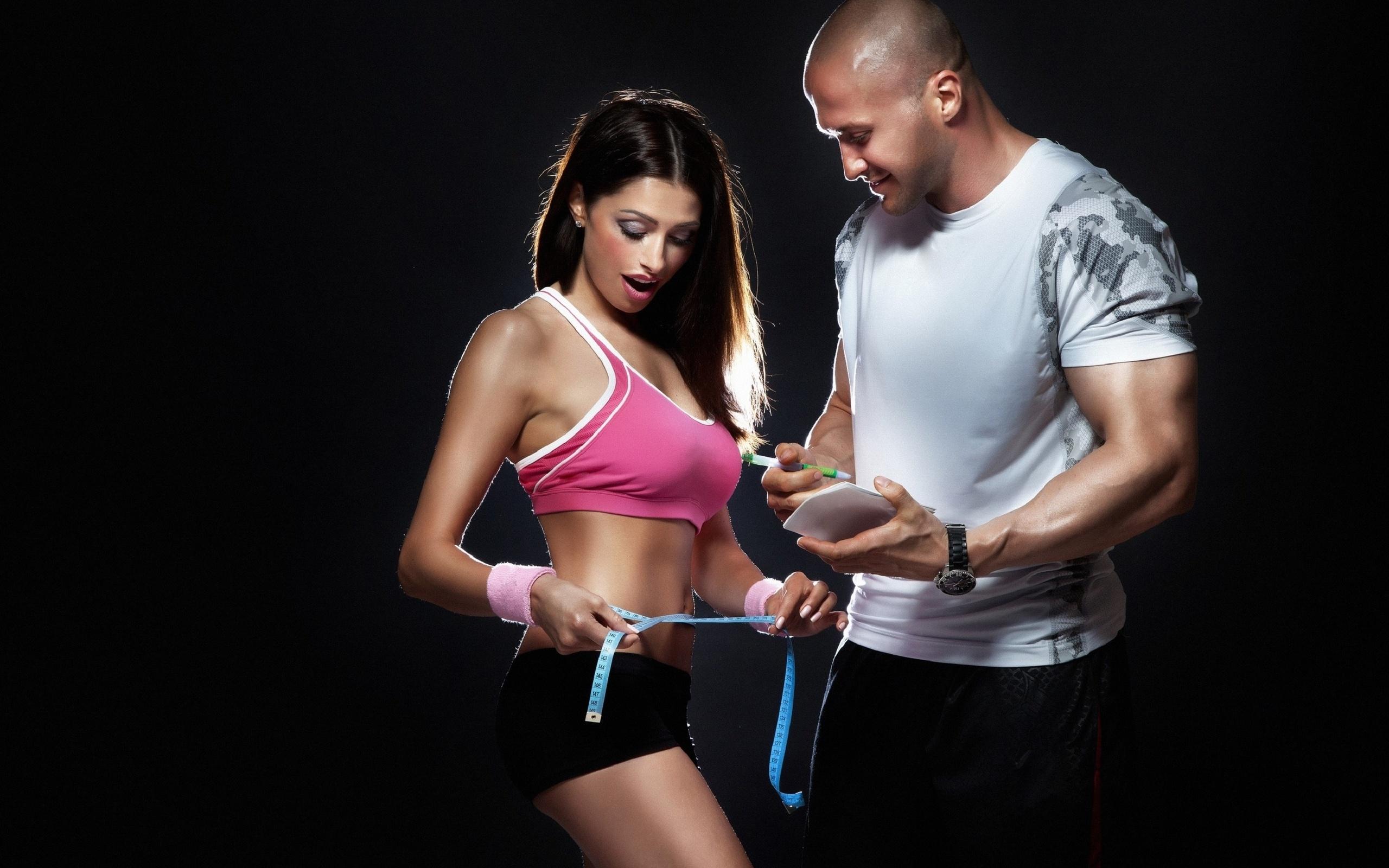 фитнес девушки борются с мужчинами шоу фото легко